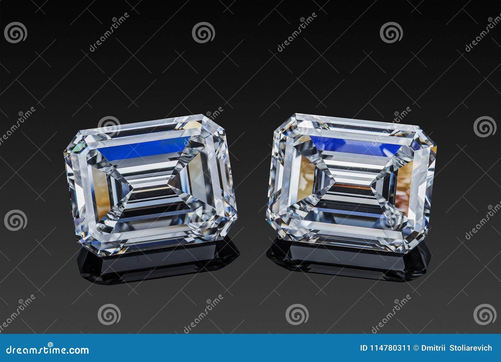 无色的透明闪耀的套两颗豪华宝石方形的形状绿宝石切开了在黑背景隔绝的金刚石