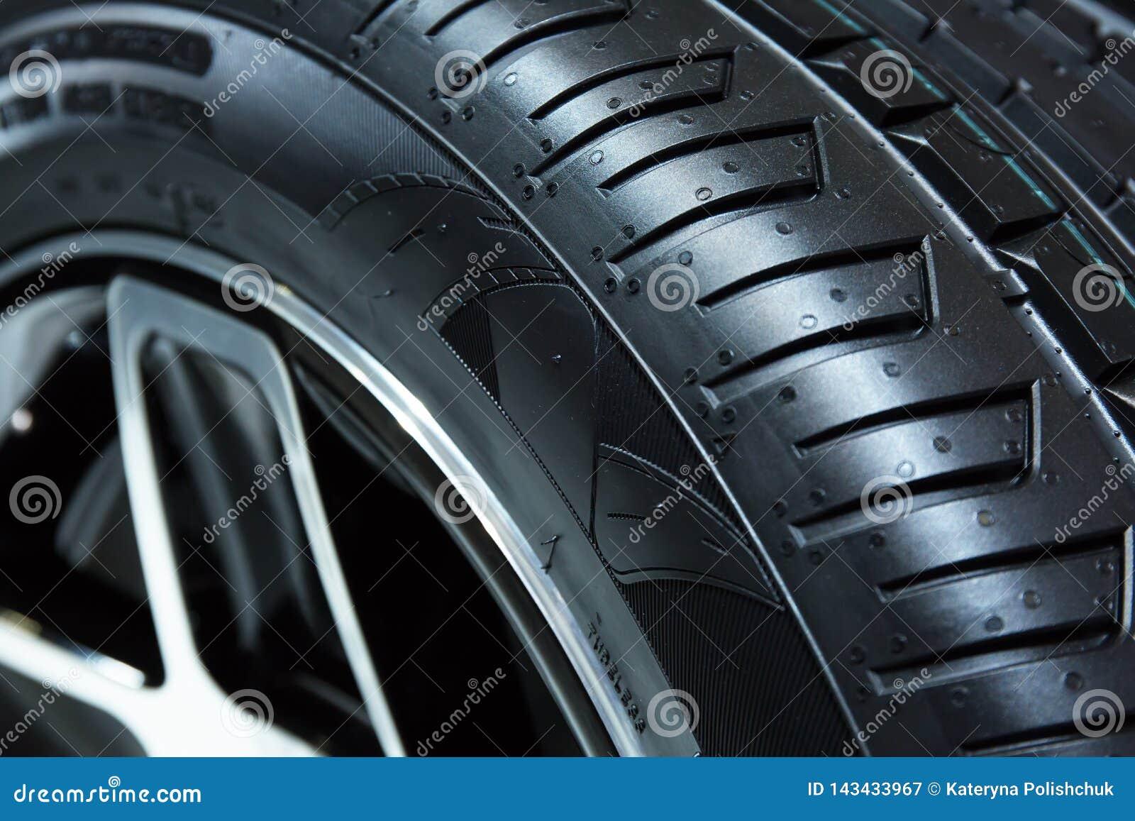 日内瓦,瑞士- 2018年3月,第6:样品轮胎在Chelsea Truck Company在第88个日内瓦国际马达的陈列立场