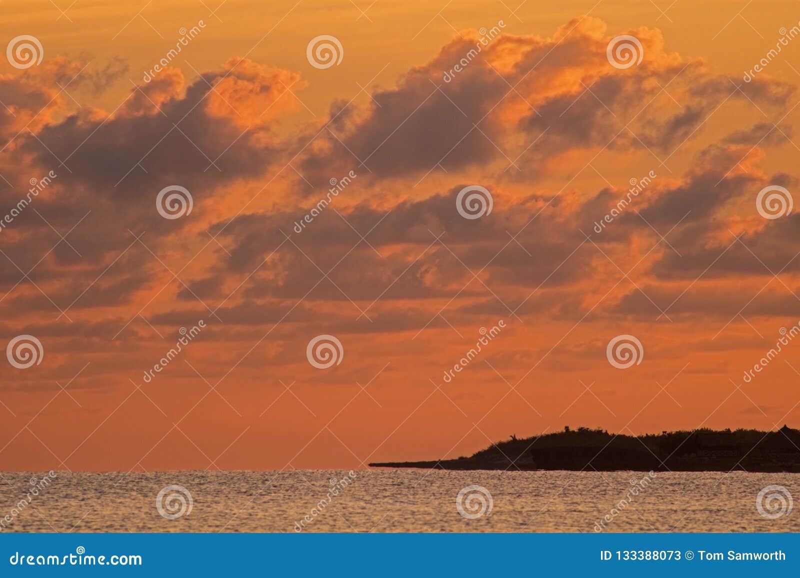 日出光在科科岛,古巴绘云彩
