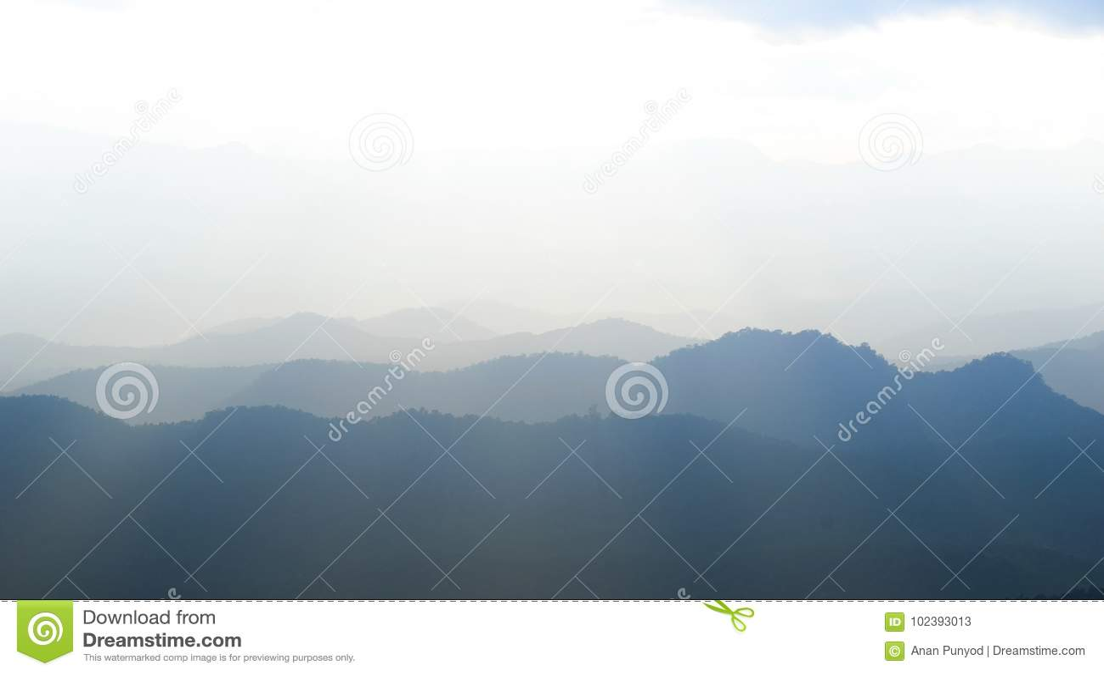 日出山风景看法分层堆积晚上在北部泰国山脉