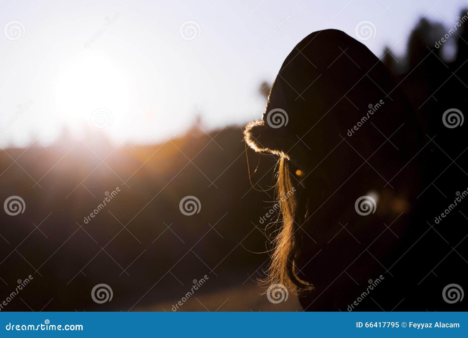 日出的愉快的妇女本质上
