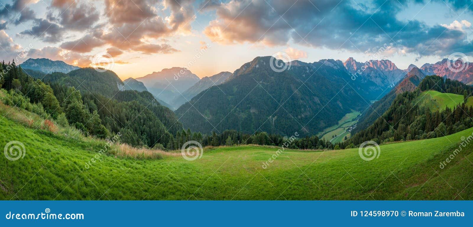 日出的,全景斯洛文尼亚阿尔卑斯