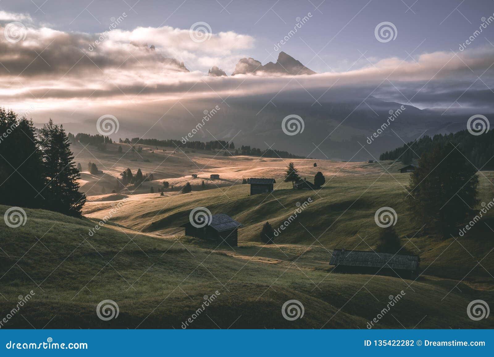 日出-塞泽尔阿尔姆河意大利Dolomity