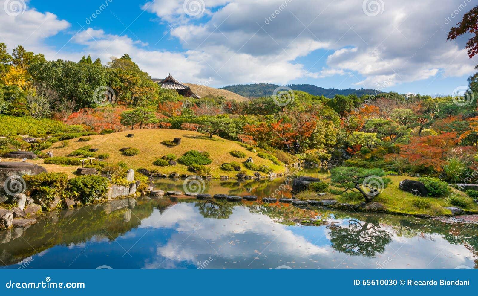 日本庭院秋天风景