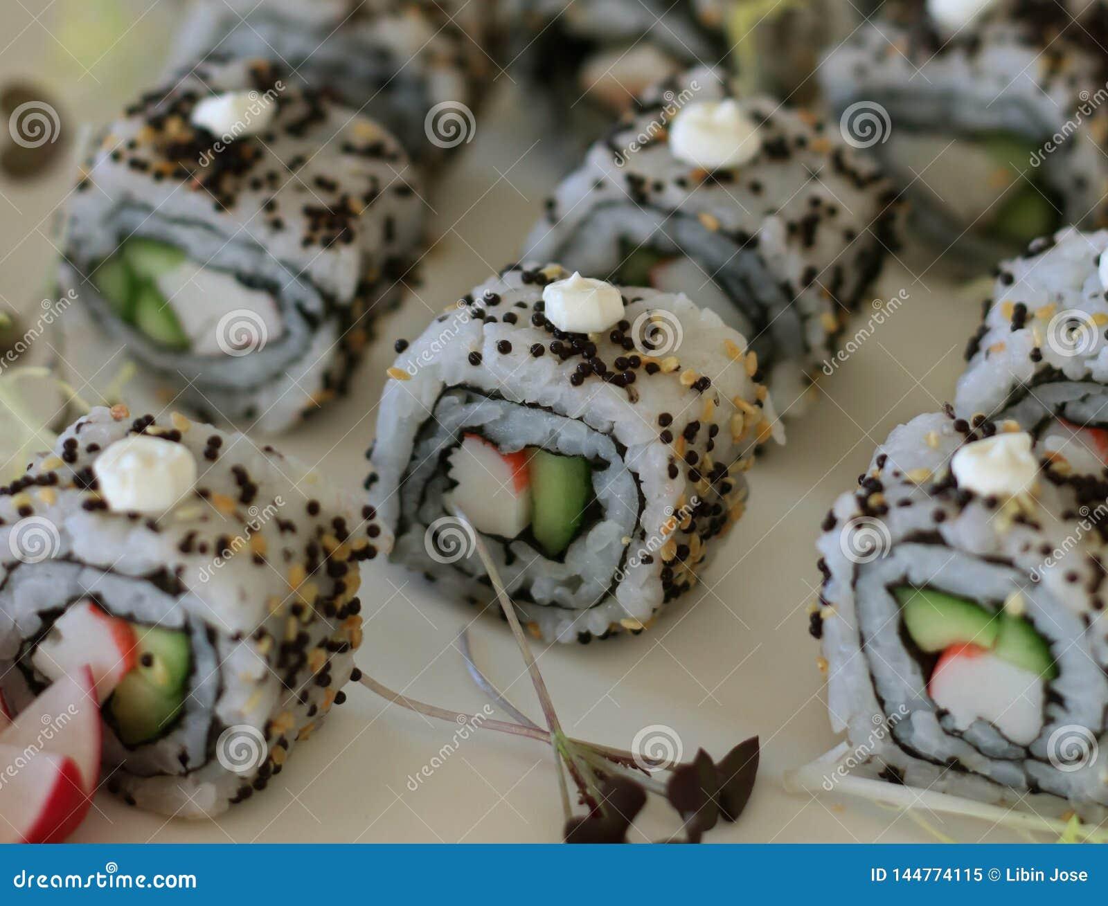 日本料理加利福尼亚寿司卷