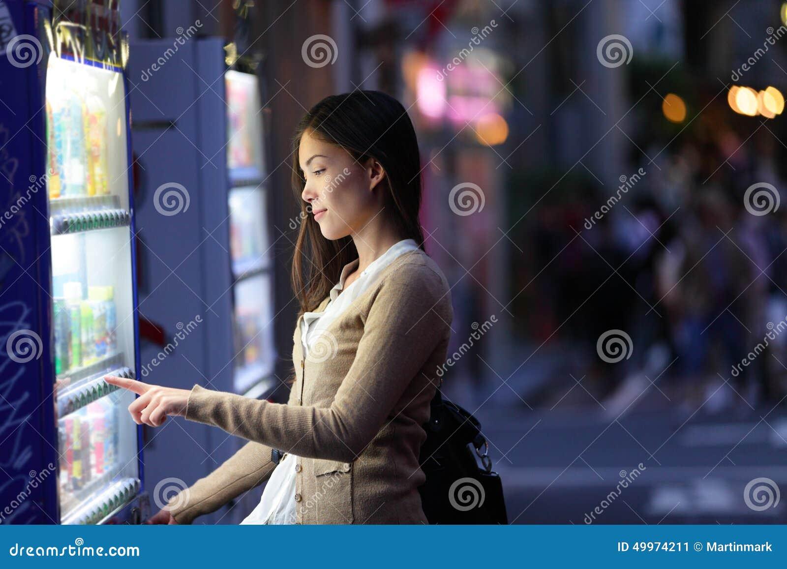 日本自动售货机-东京妇女购买喝