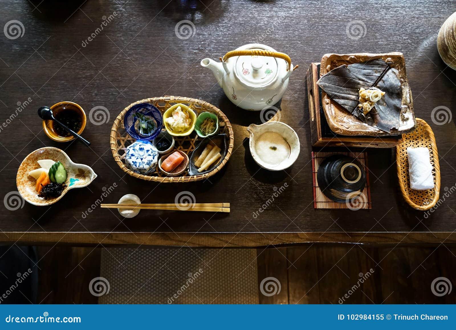 日本ryokan早餐开胃菜盘包括mentaiko,腌汁,海草,笋,热板,其他配菜