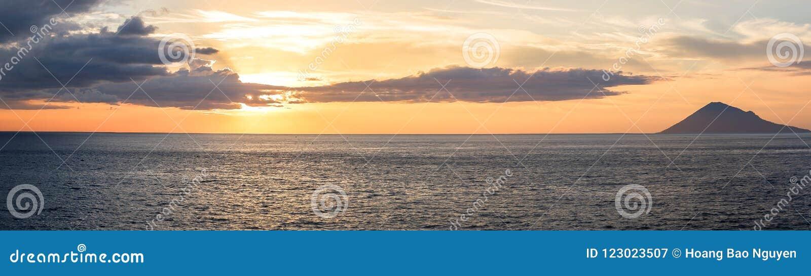 日落在万鸦老市,北部苏拉威西岛