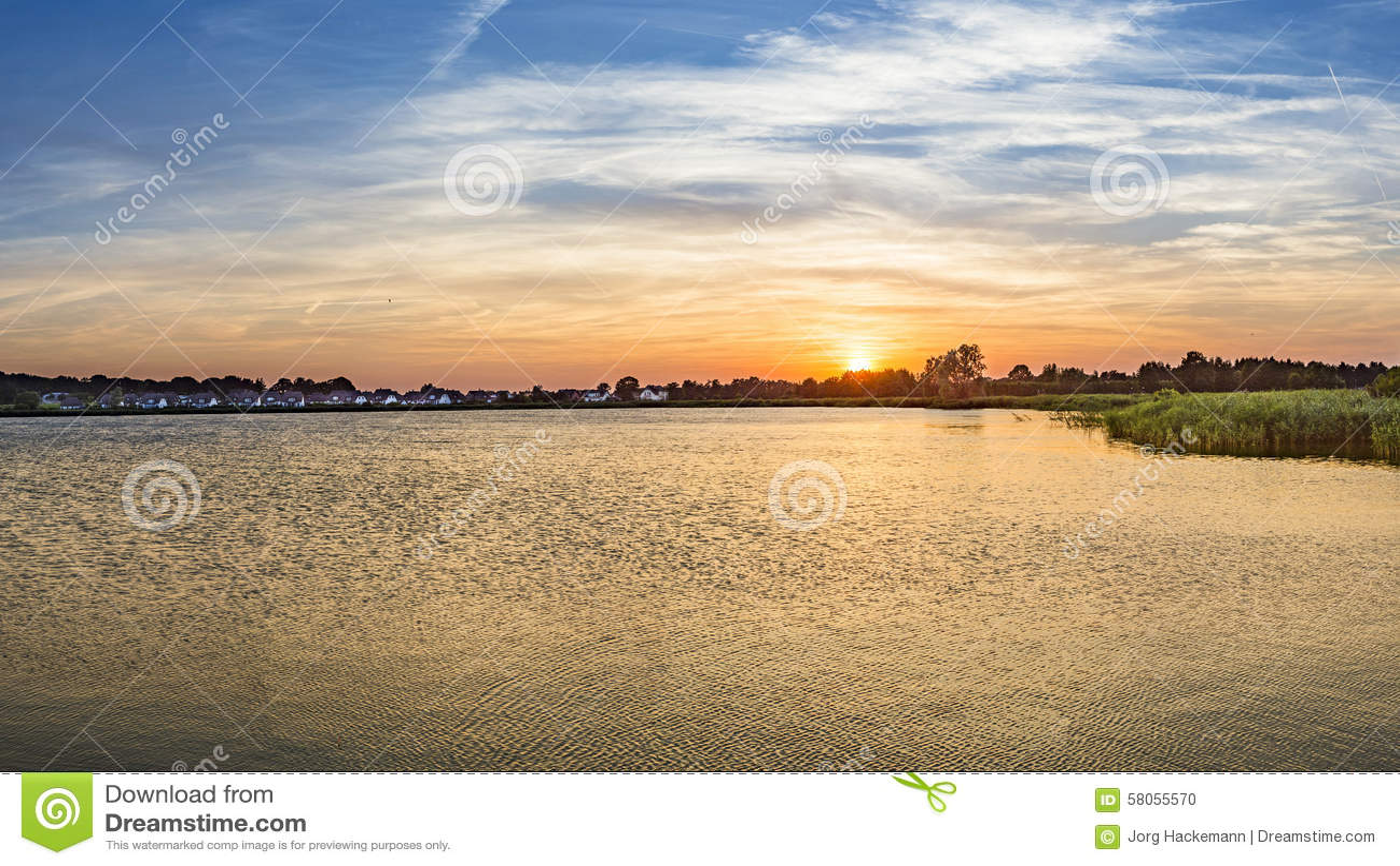 日落在有死水的反射的齐诺维茨.
