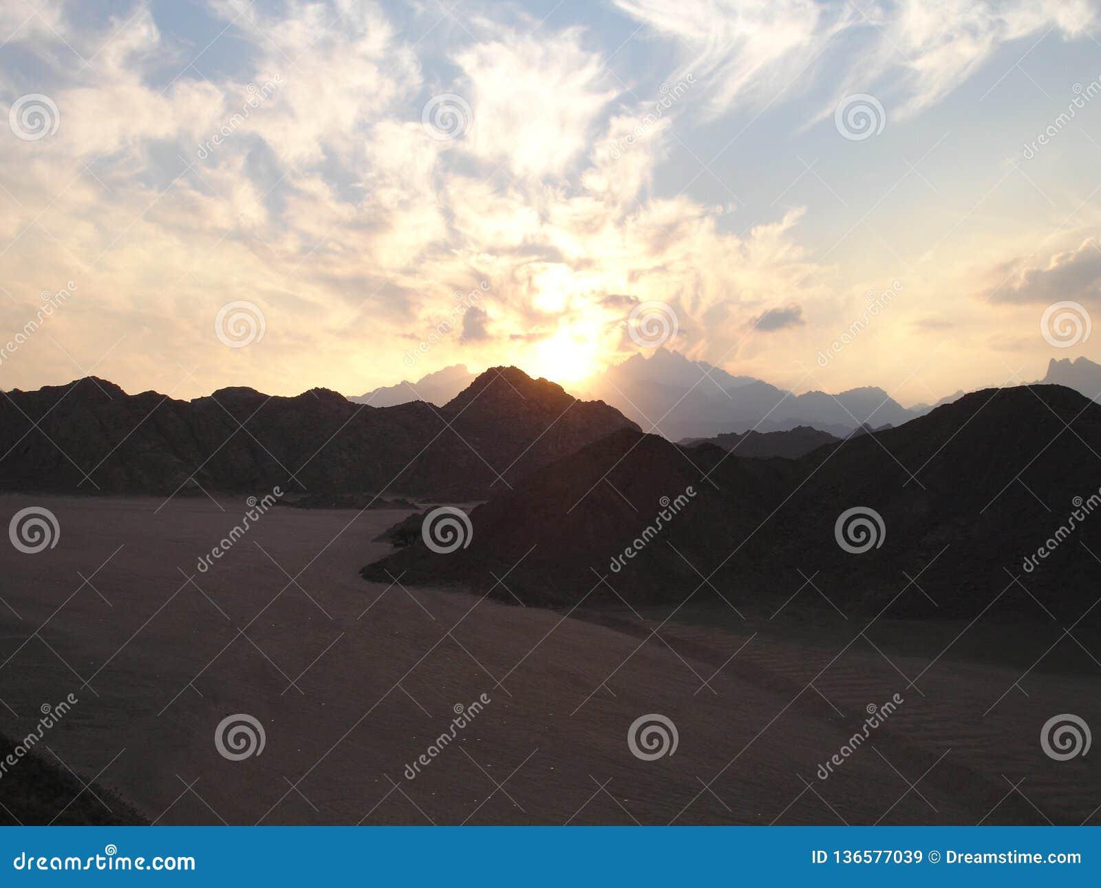 日落在沙漠