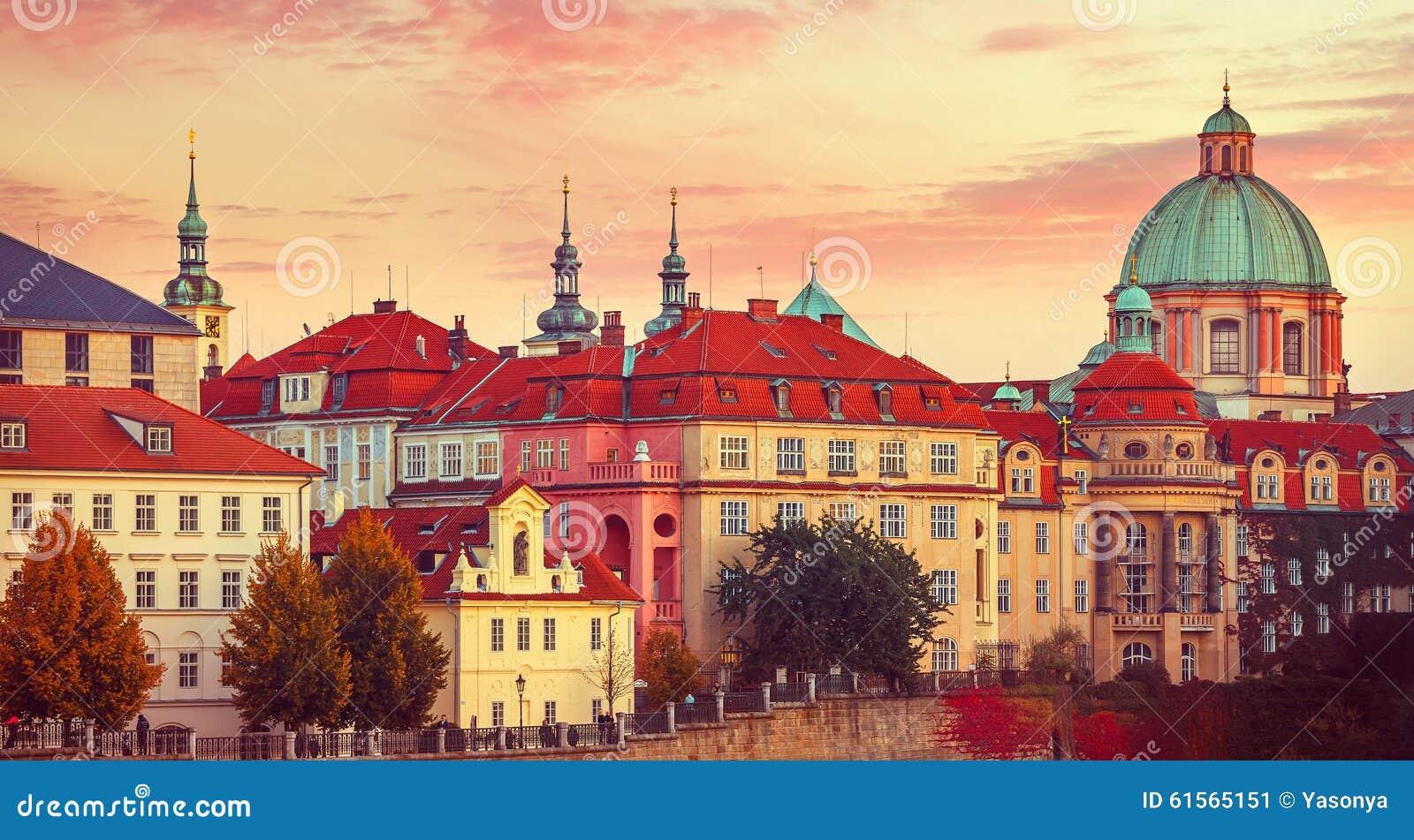 日落屋顶房子老城市秋天布拉格