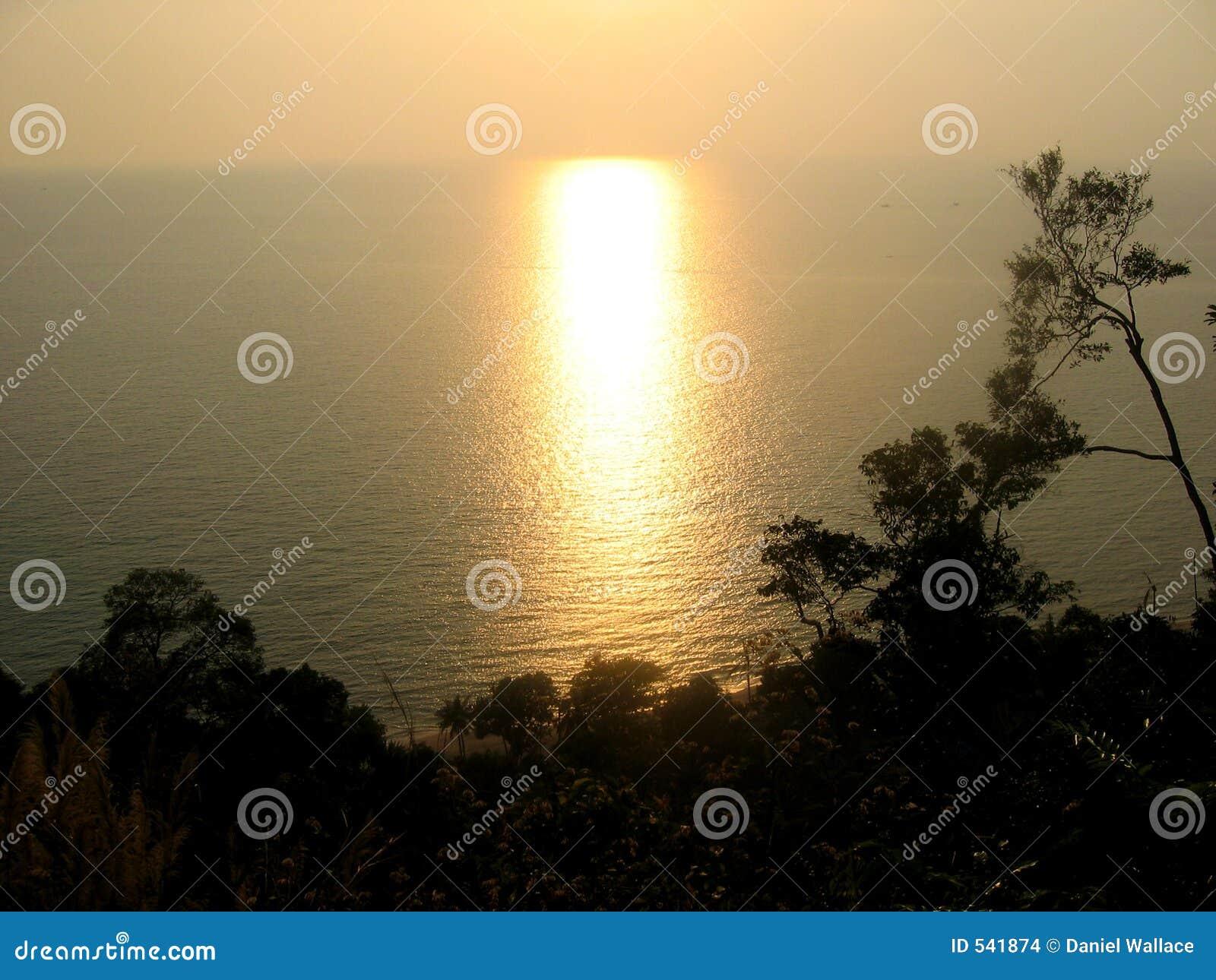 Download 日落注意 库存照片. 图片 包括有 温暖, 日落, 农村, 旅游业, 热带, 平静, 结构树, 日出, 旅行 - 541874
