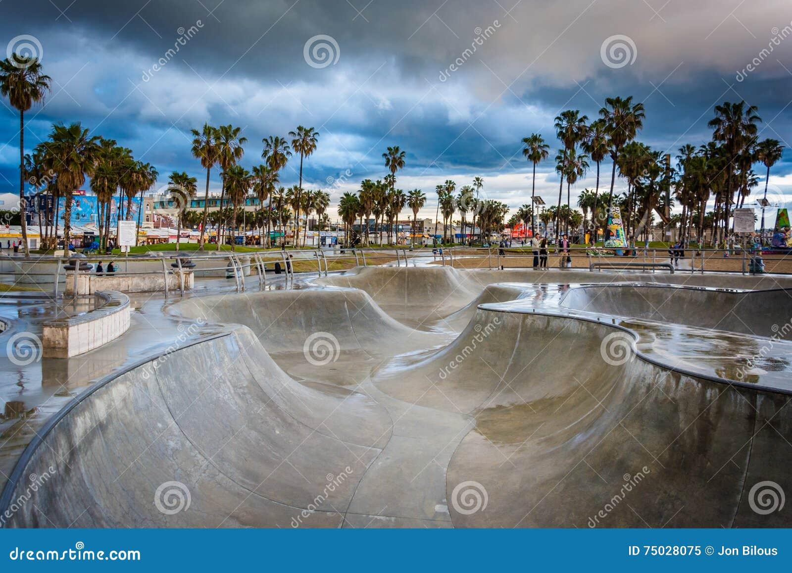 日落的威尼斯冰鞋公园,在威尼斯海滩,洛杉矶, C