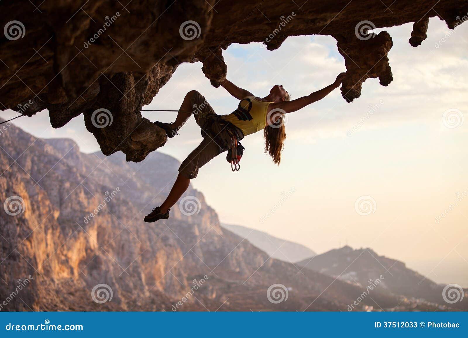 日落的攀岩运动员