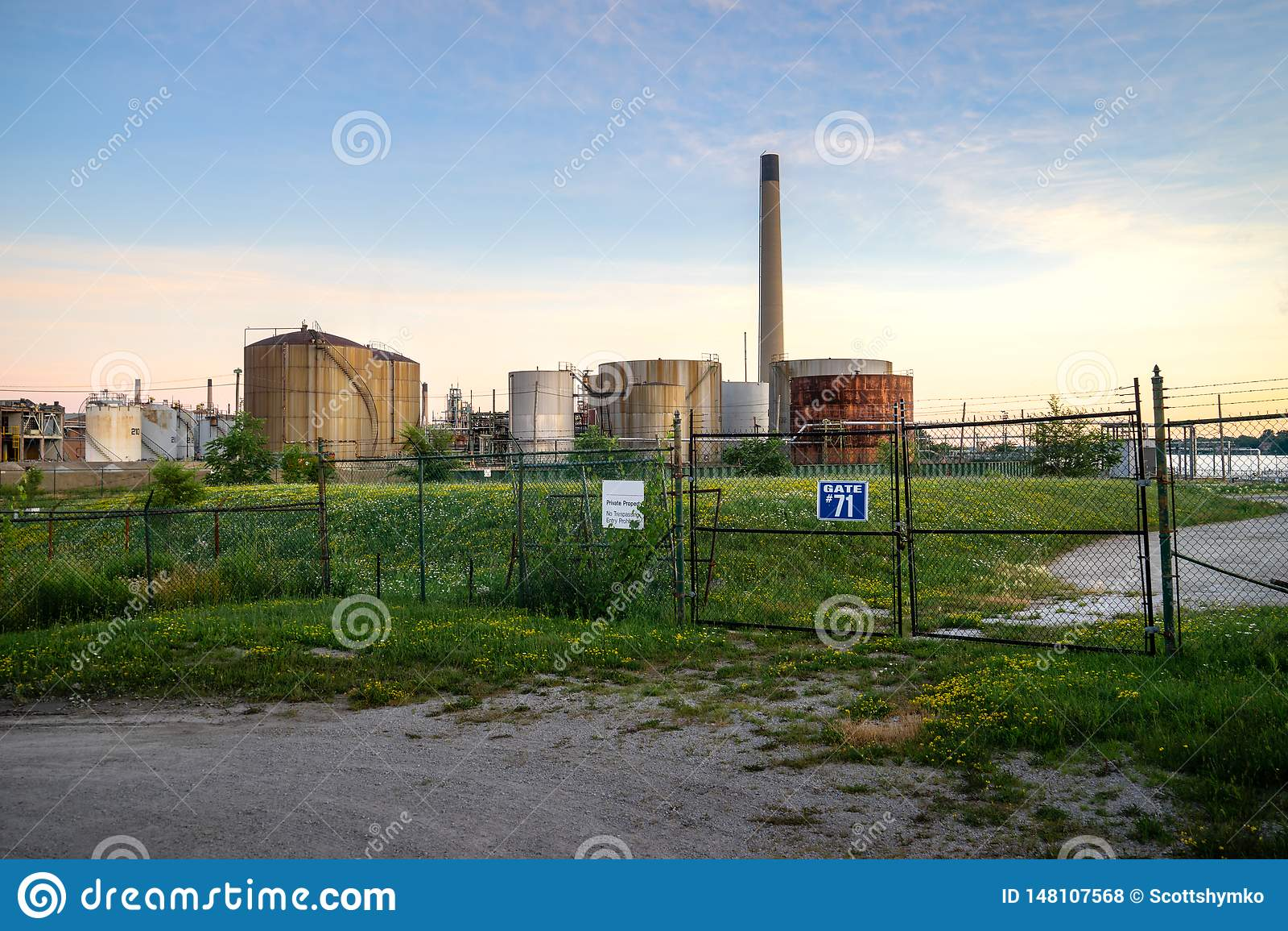 日落的未使用的工业油库