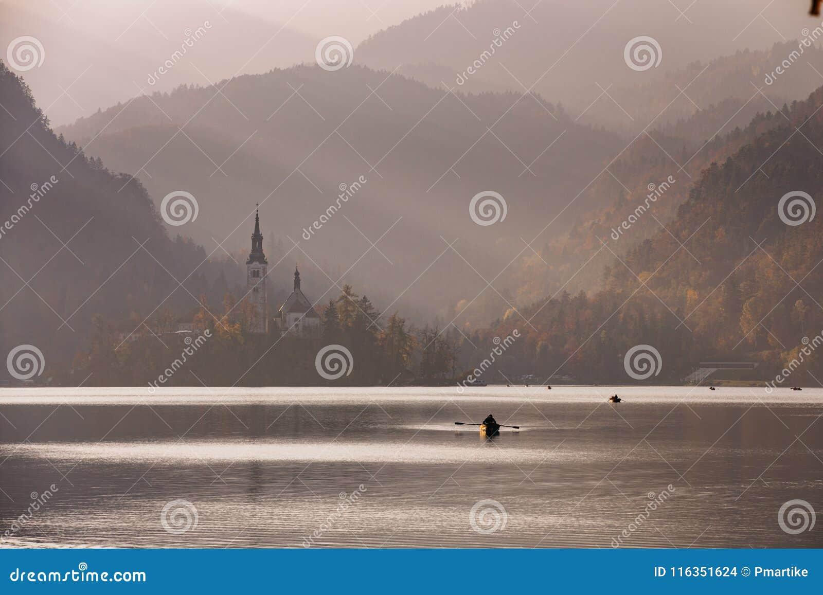 日落的流血的湖与小船