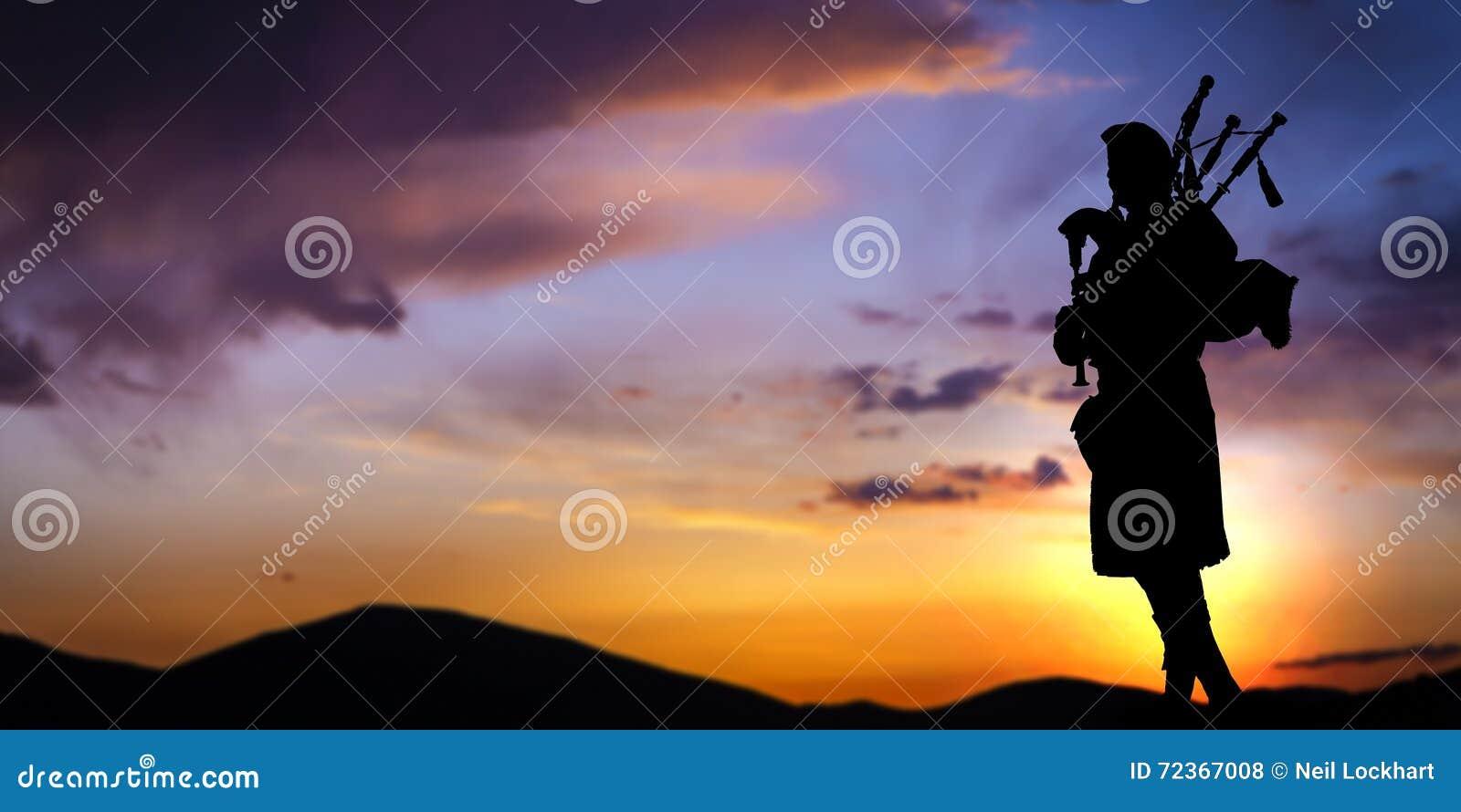 日落的苏格兰吹风笛者