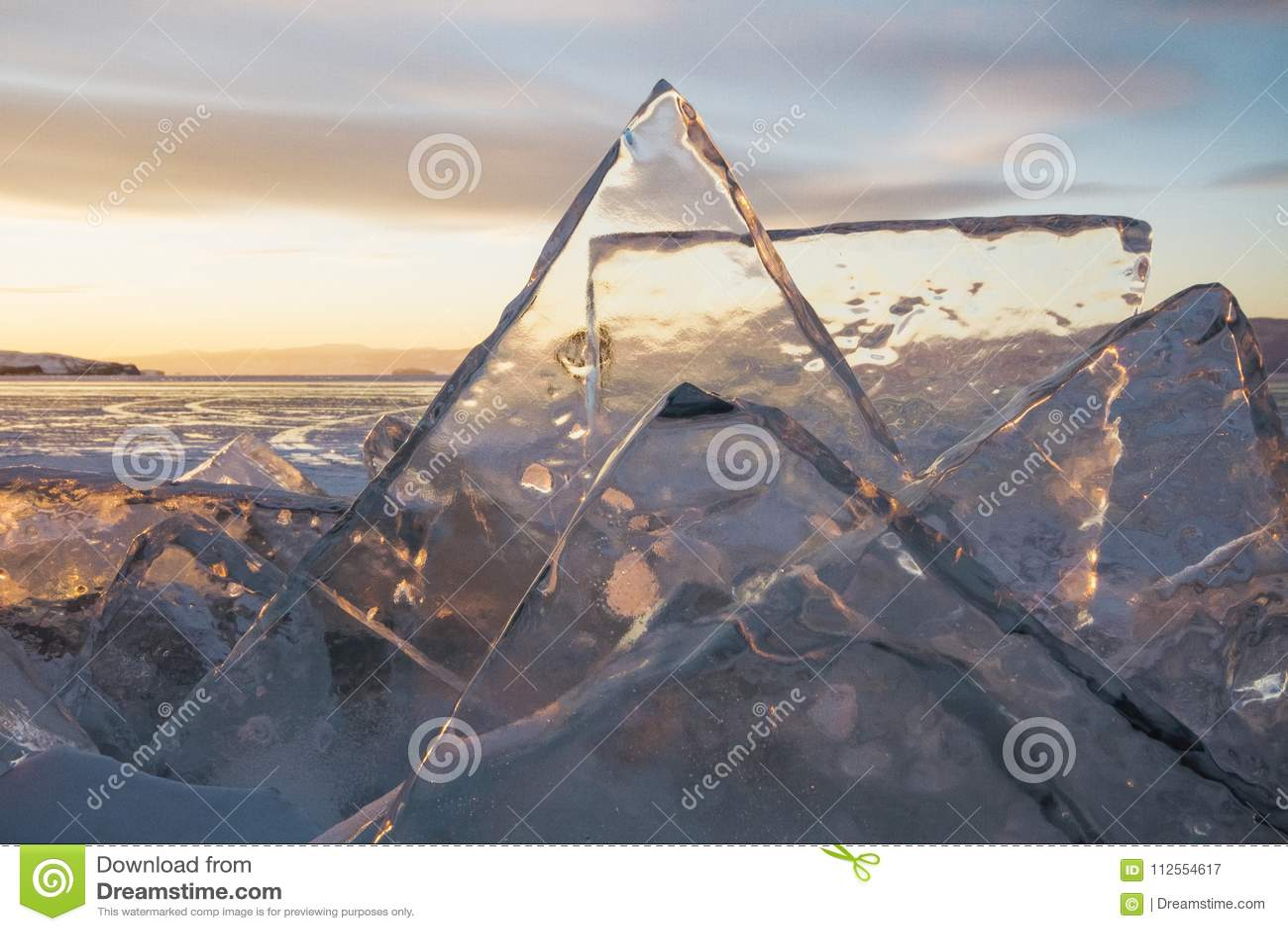 日落的,一切贝加尔湖用冰和雪盖,