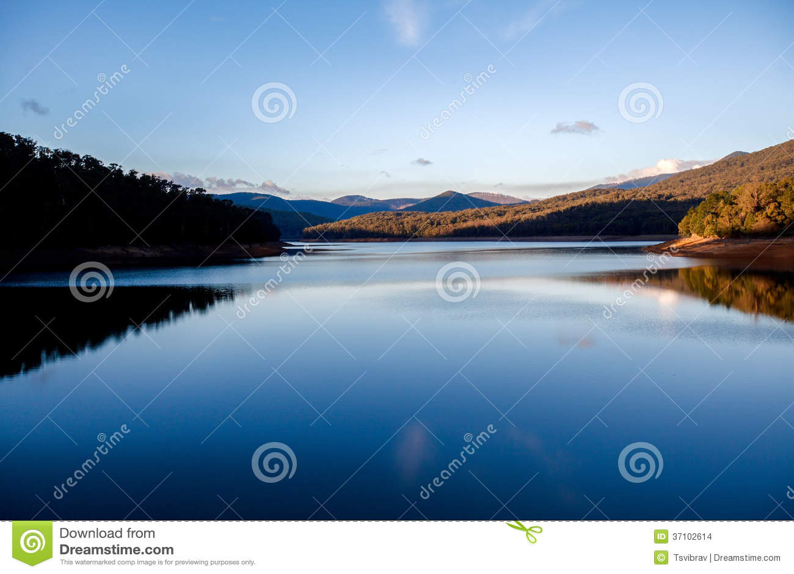 日落的Lysterfield湖