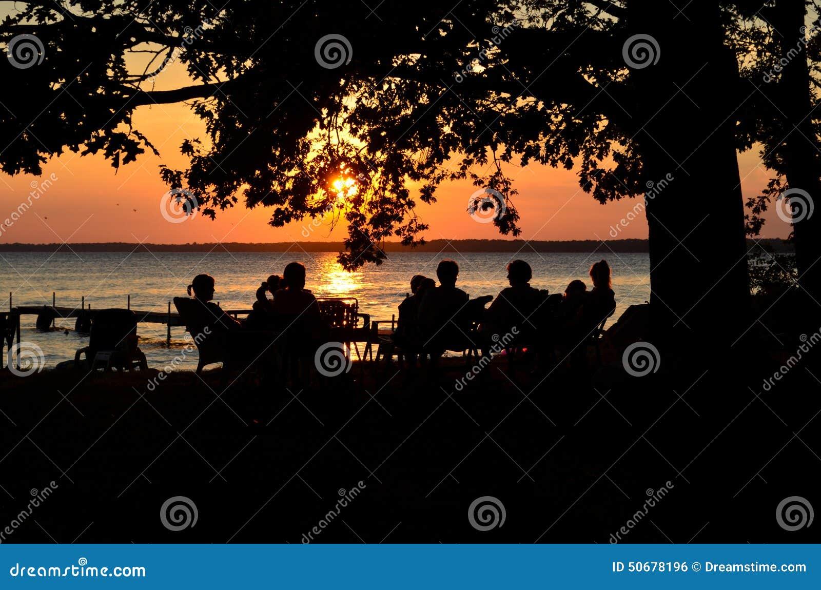 Download 日落讨论 库存照片. 图片 包括有 日落, 蓝色, 夜间, 早晨, 放松, 谈话, 当事人, 火箭筒, 乐趣 - 50678196