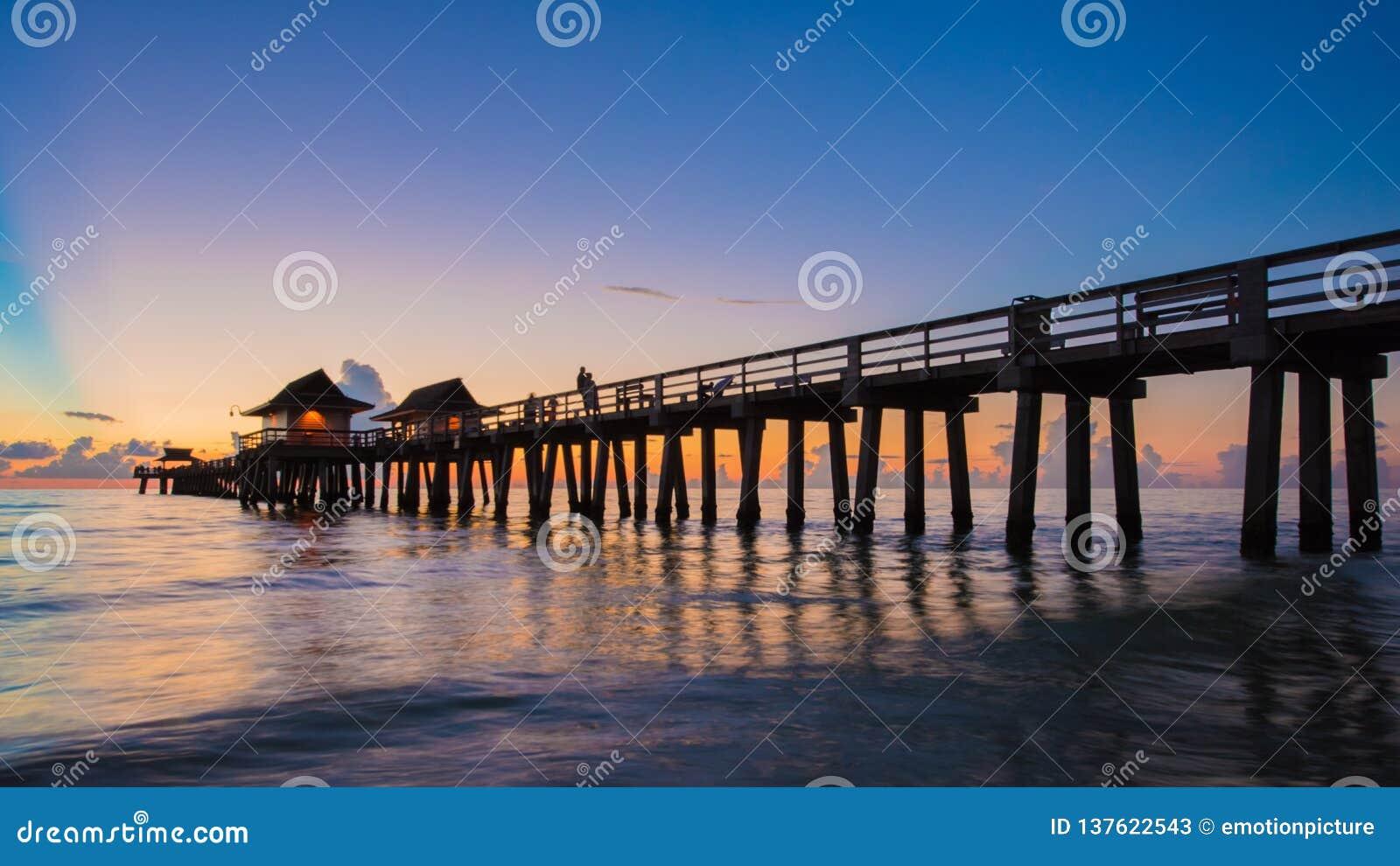 日落那不勒斯码头,佛罗里达美国