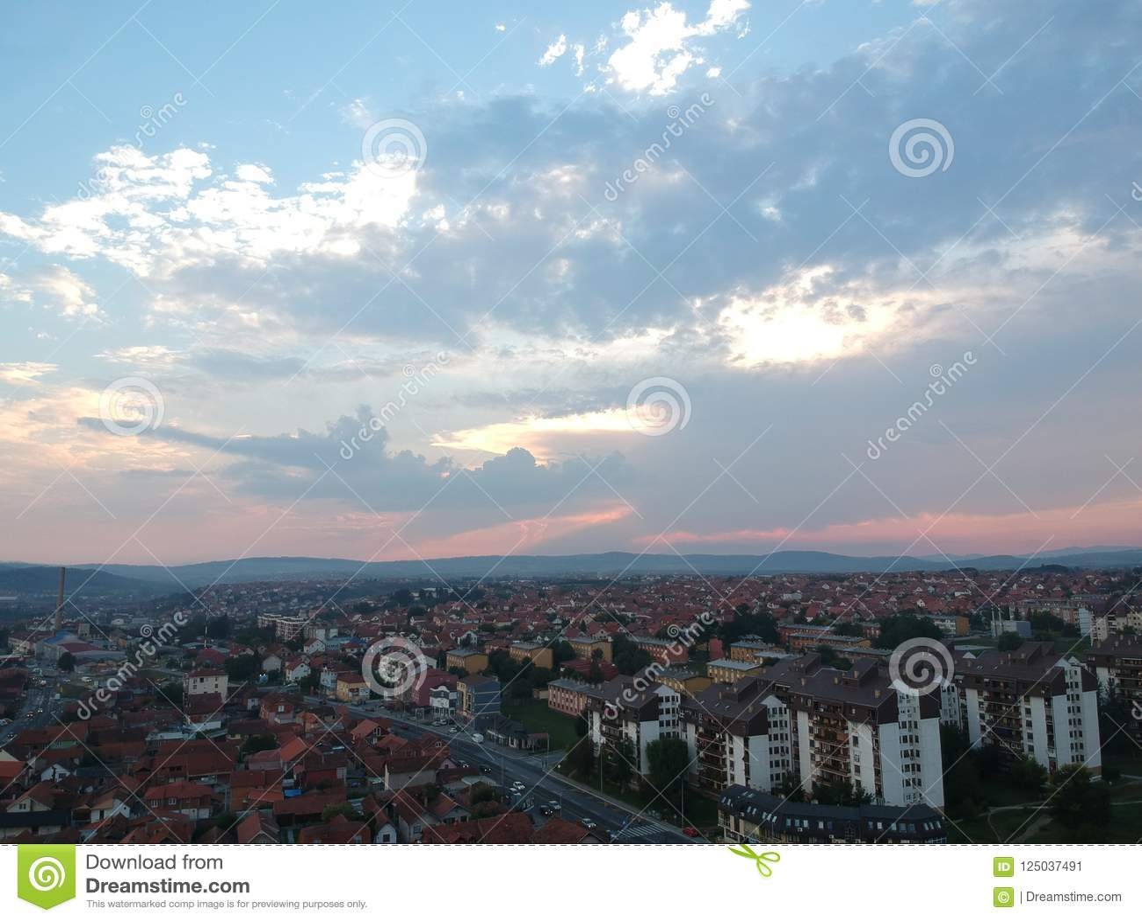 日落鸟瞰图在克拉古耶瓦茨-塞尔维亚
