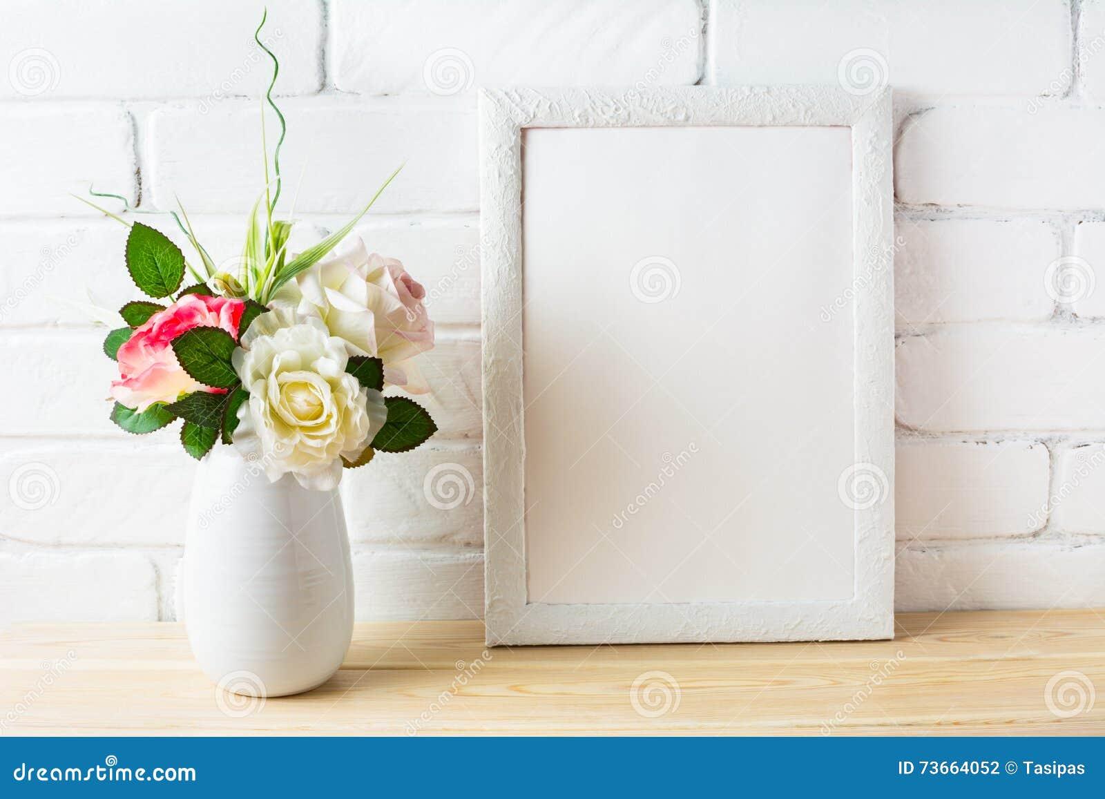 破旧的别致的与桃红色玫瑰的样式白色框架大模型