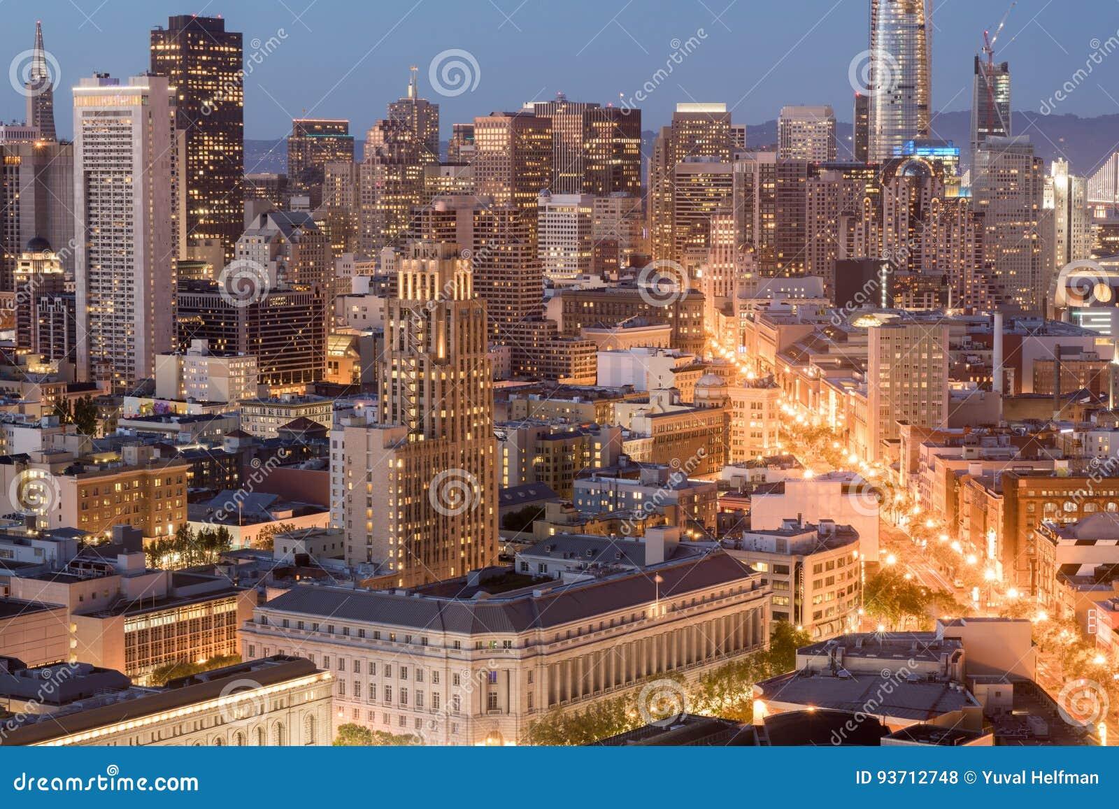 旧金山街市和农贸市场鸟瞰图在黄昏