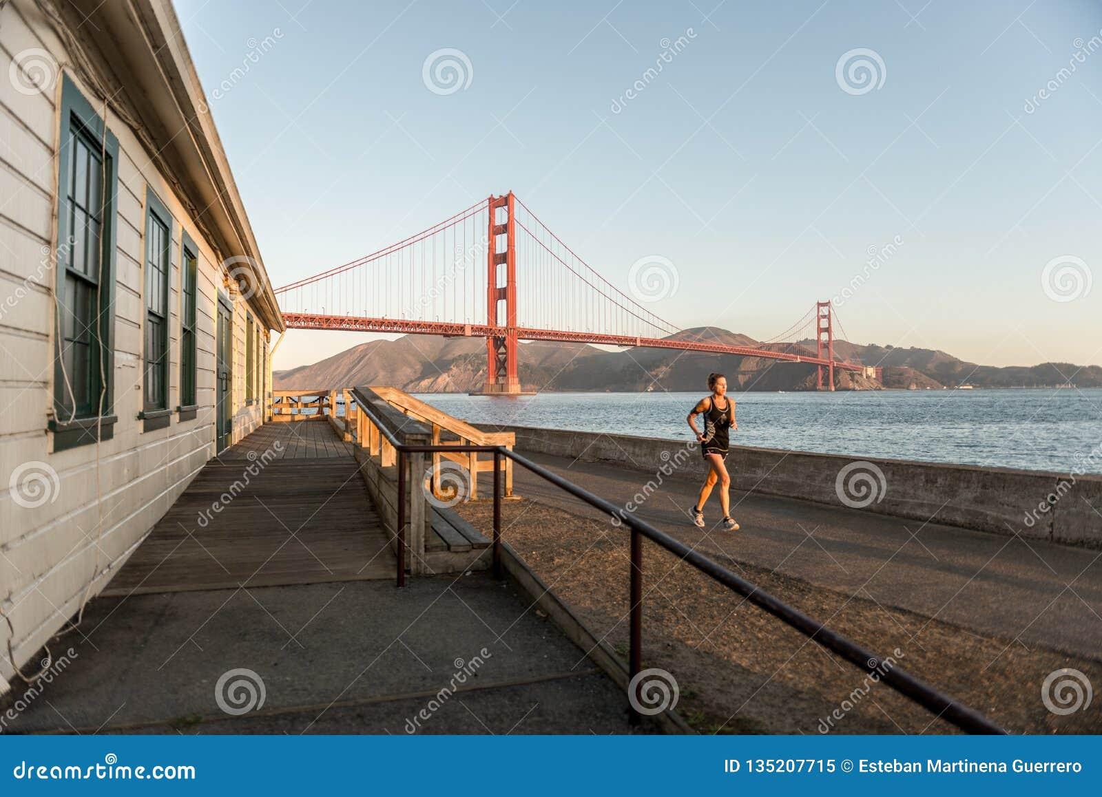 旧金山,美国- 2018年10月12日:在堡垒点附近的妇女赛跑与金门大桥在背景中