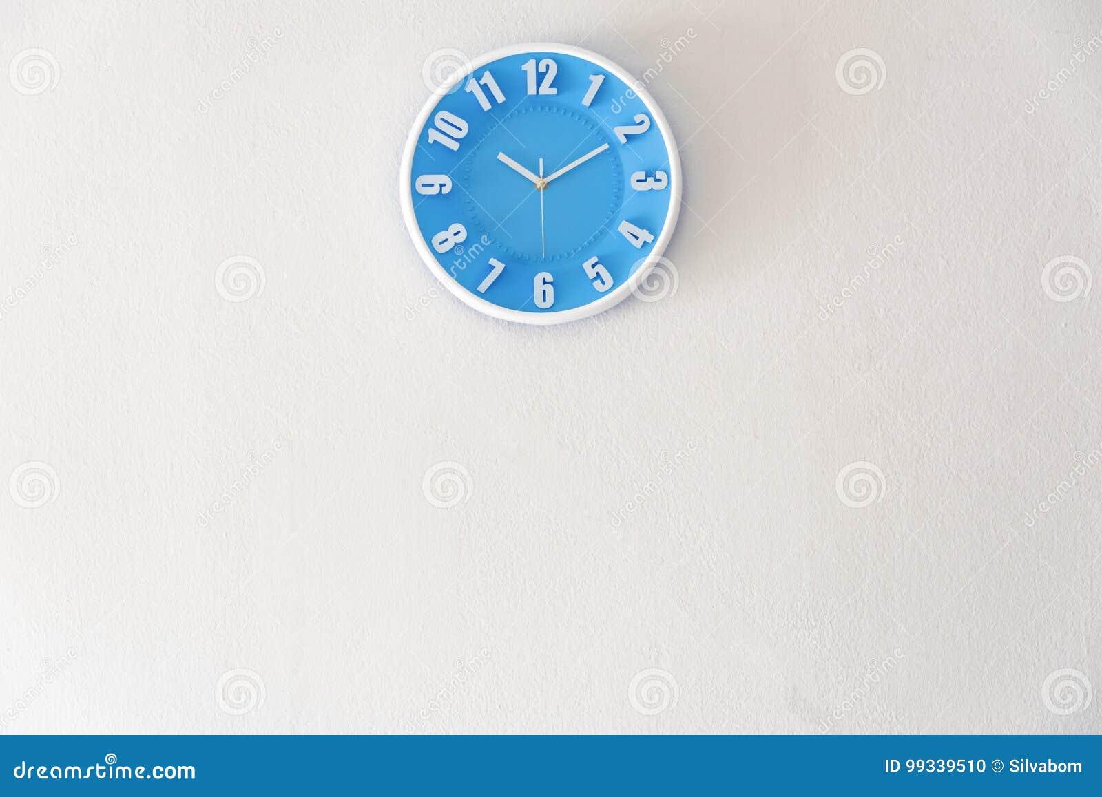 早晨、夜或者床时间与10:10时钟在白色具体wa