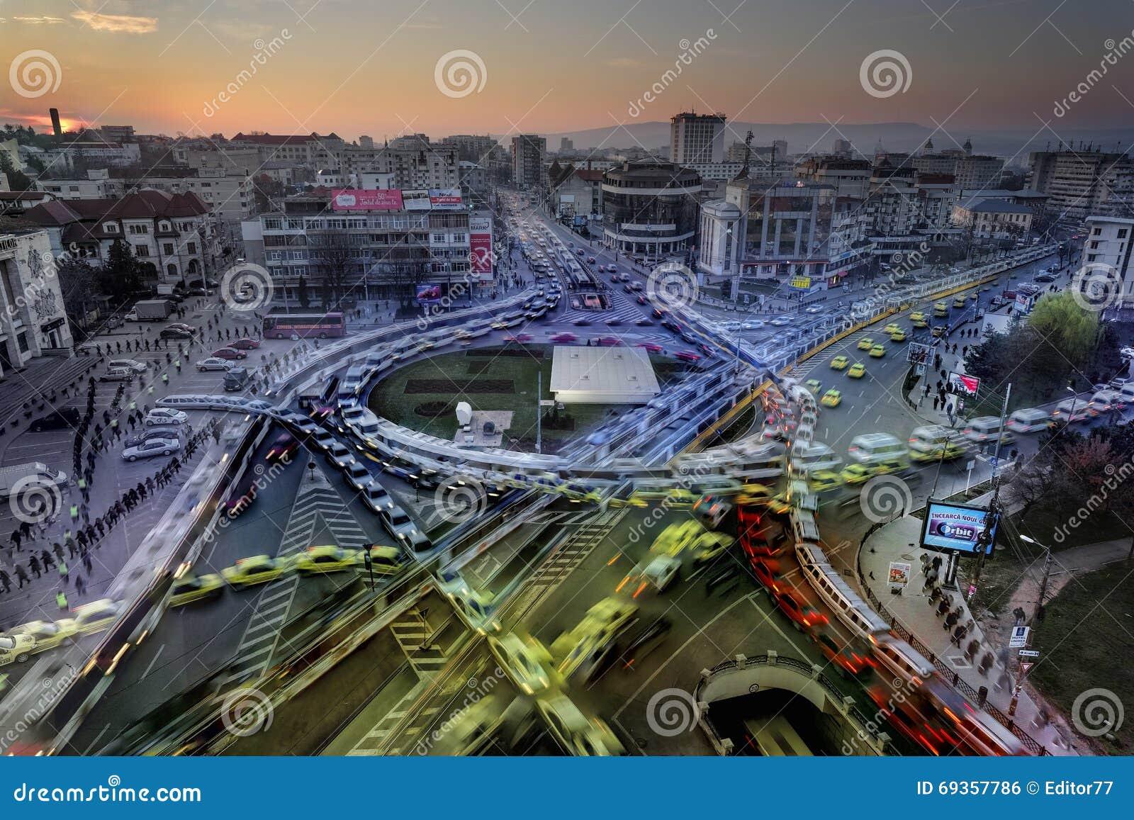 早晨交通在市Iasi,罗马尼亚