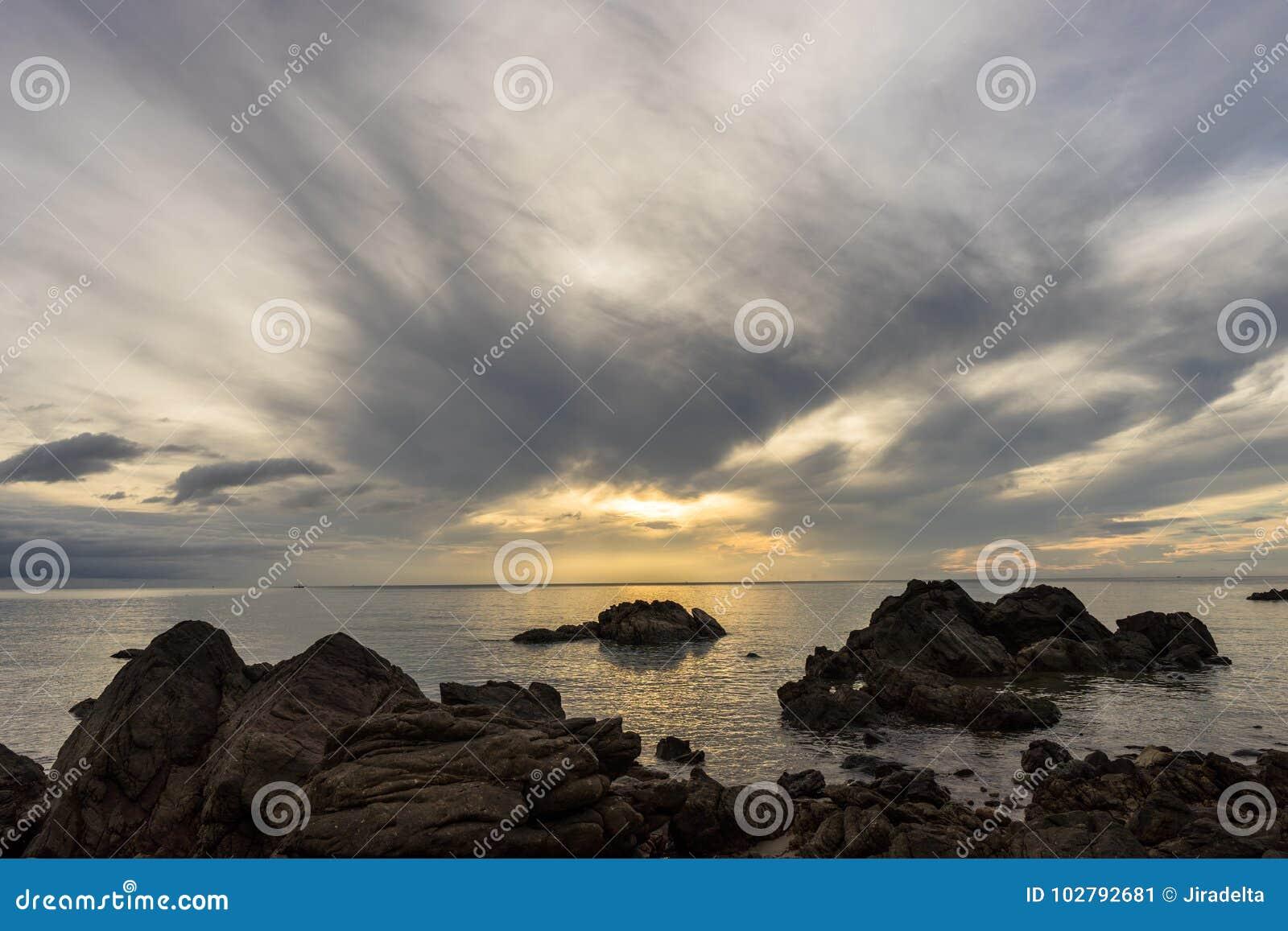 早晨光的风平浪静与多云的流程