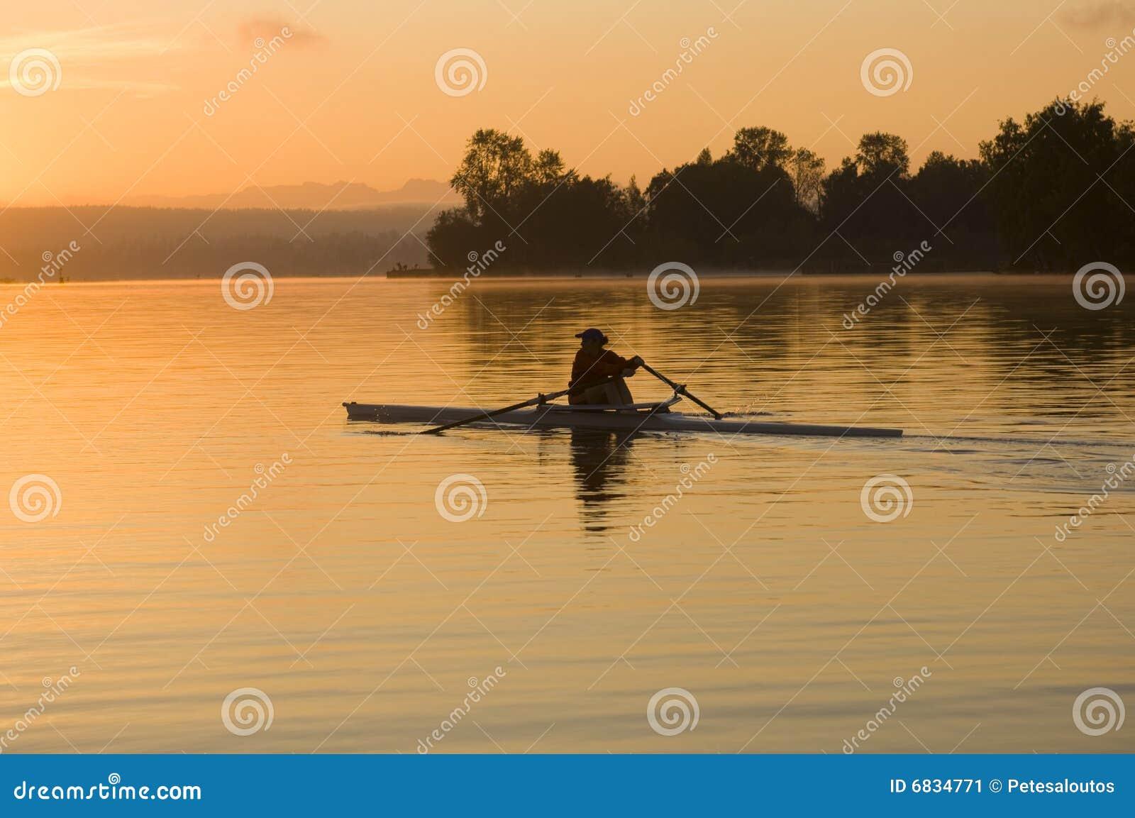 早晨划船者