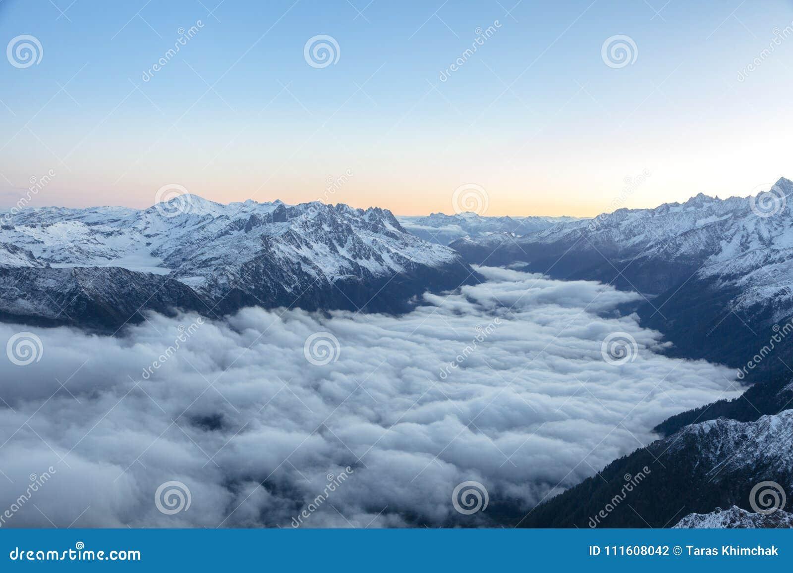 早晨在形成在谷的法国阿尔卑斯覆盖神秘的风景