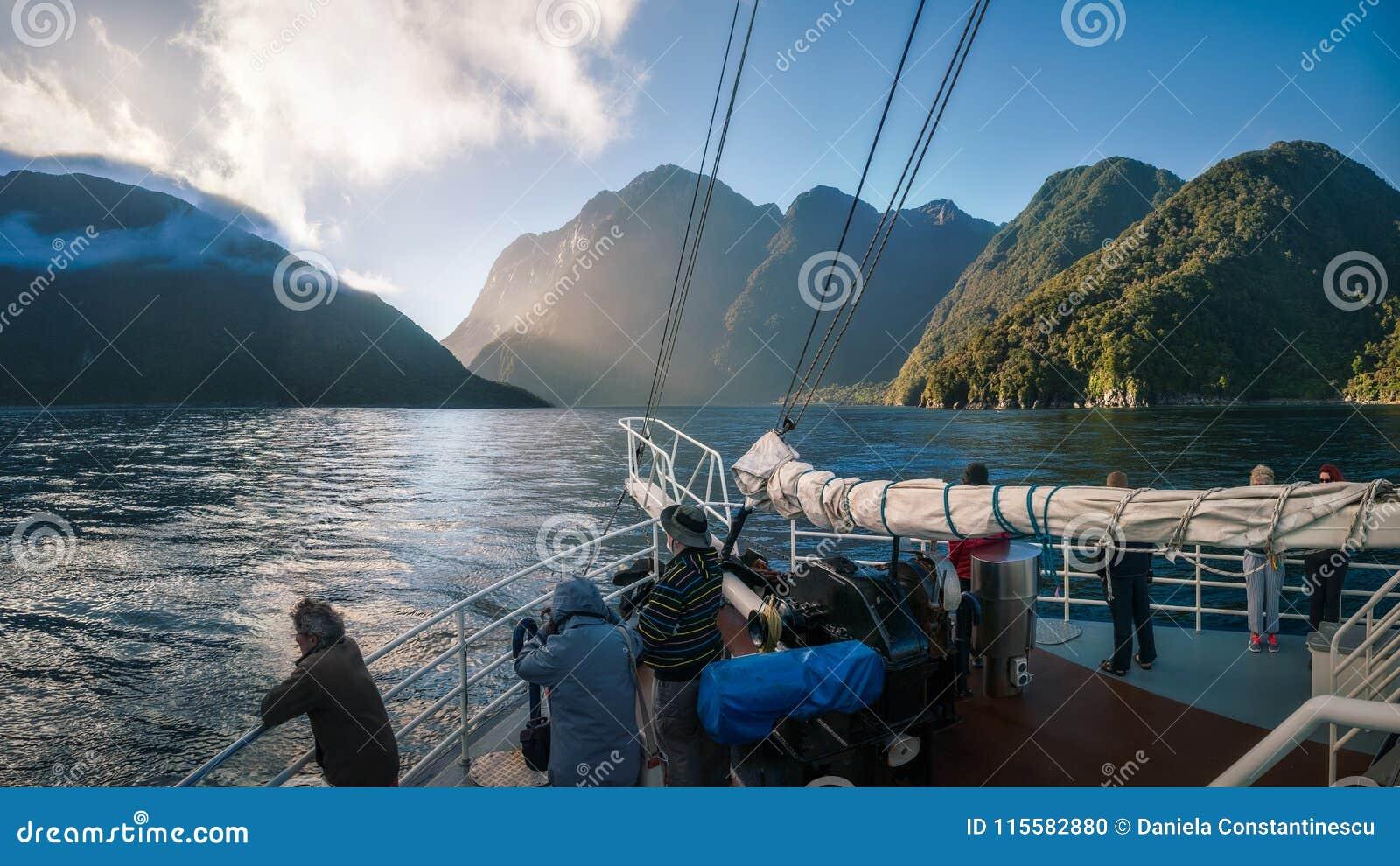 早晨在Milford Sound的巡航乘驾在新西兰
