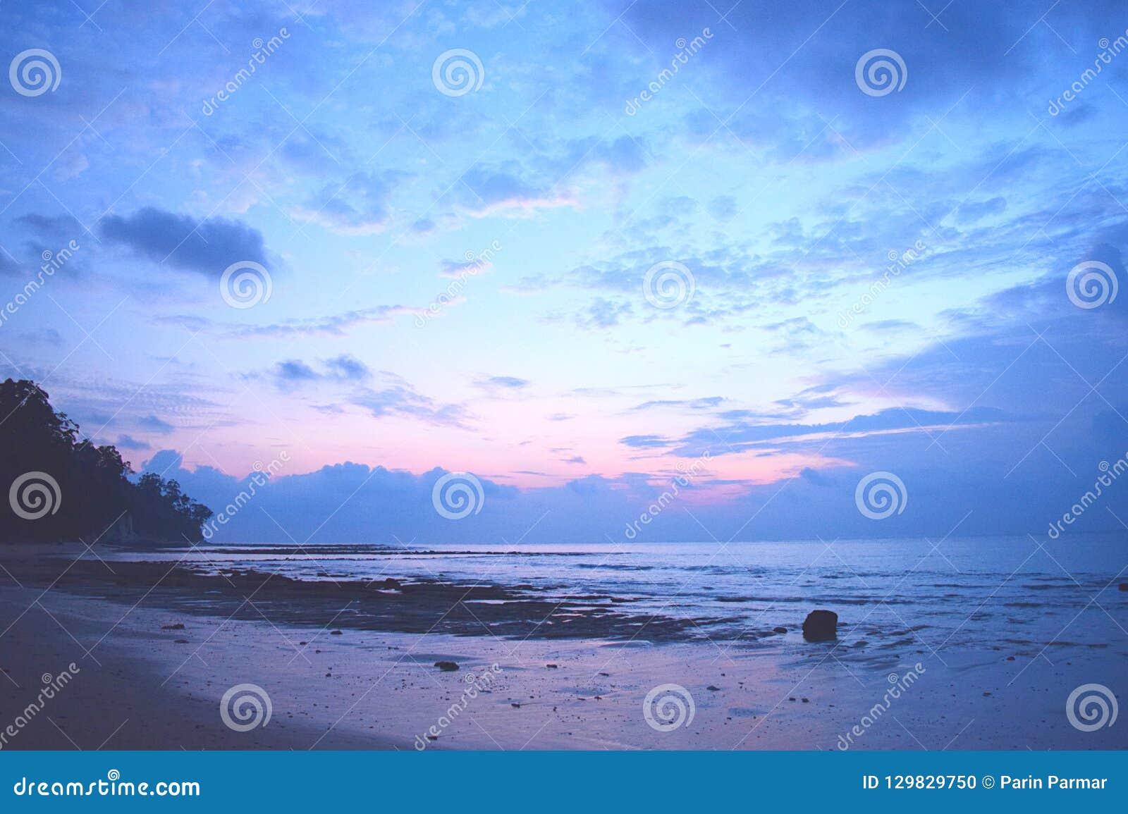 早晨好-黎明的颜色在天空的在平静的海滩-在日出-西塔普尔,尼尔海岛,安达曼尼科巴,印度前的几小时