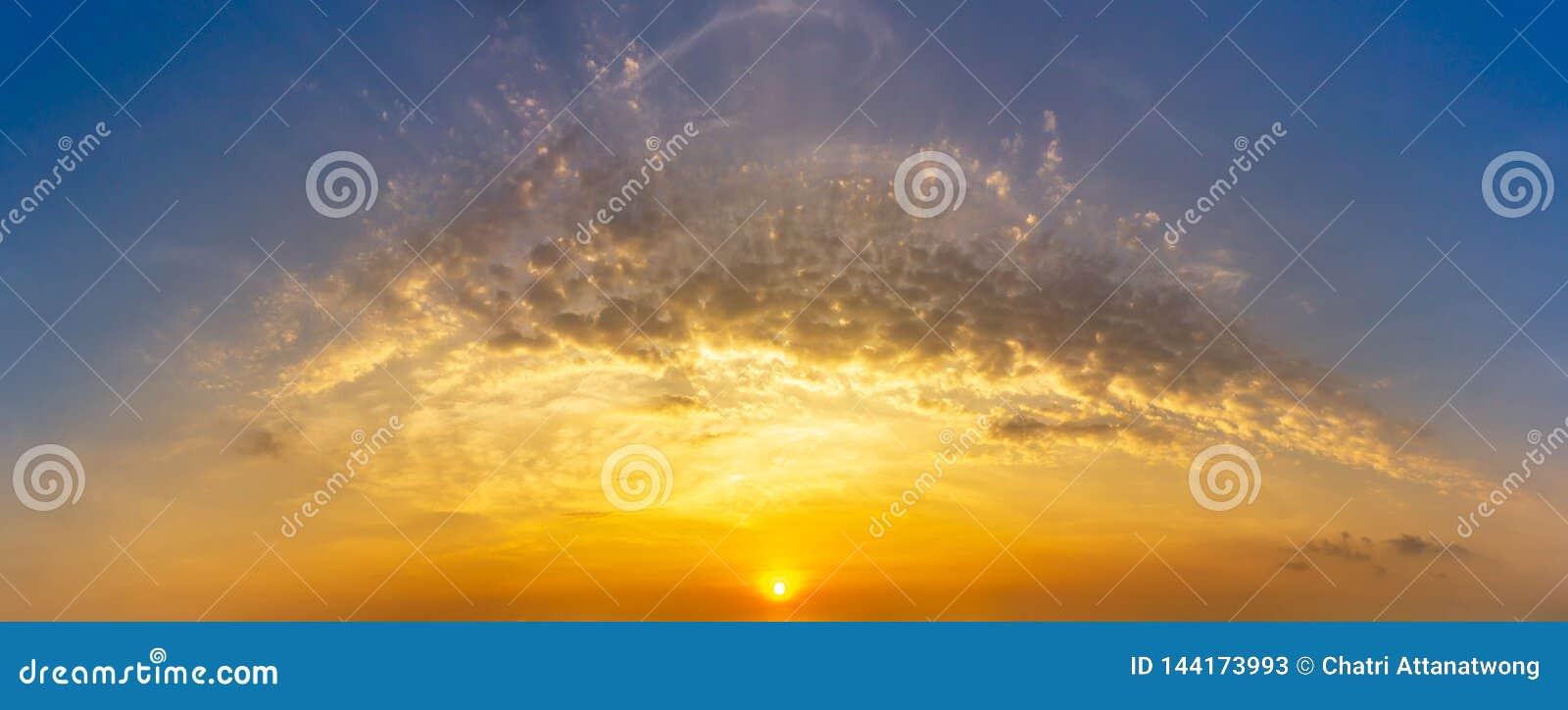 早晨日出天空和云彩自然背景的全景图片