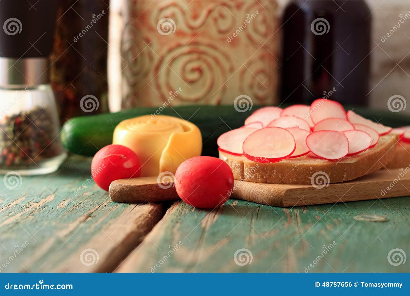 早晨早餐用萝卜、面包和乳酪