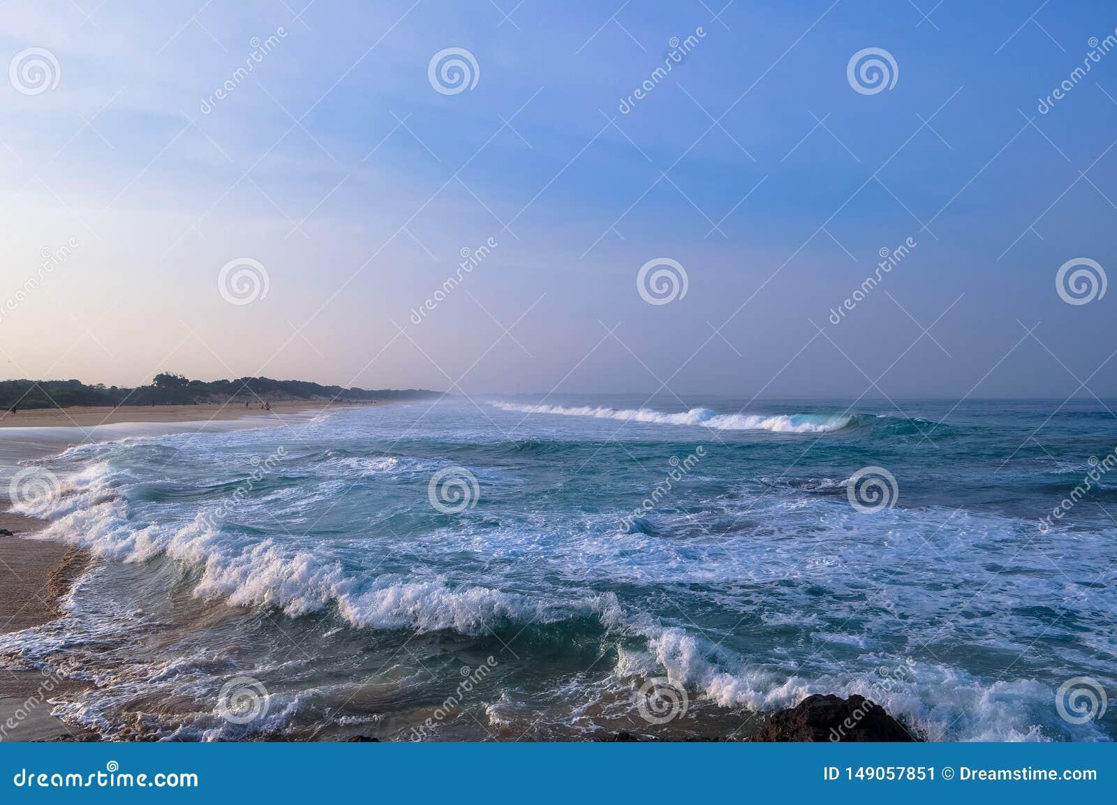 早晨视图和波浪在海岸