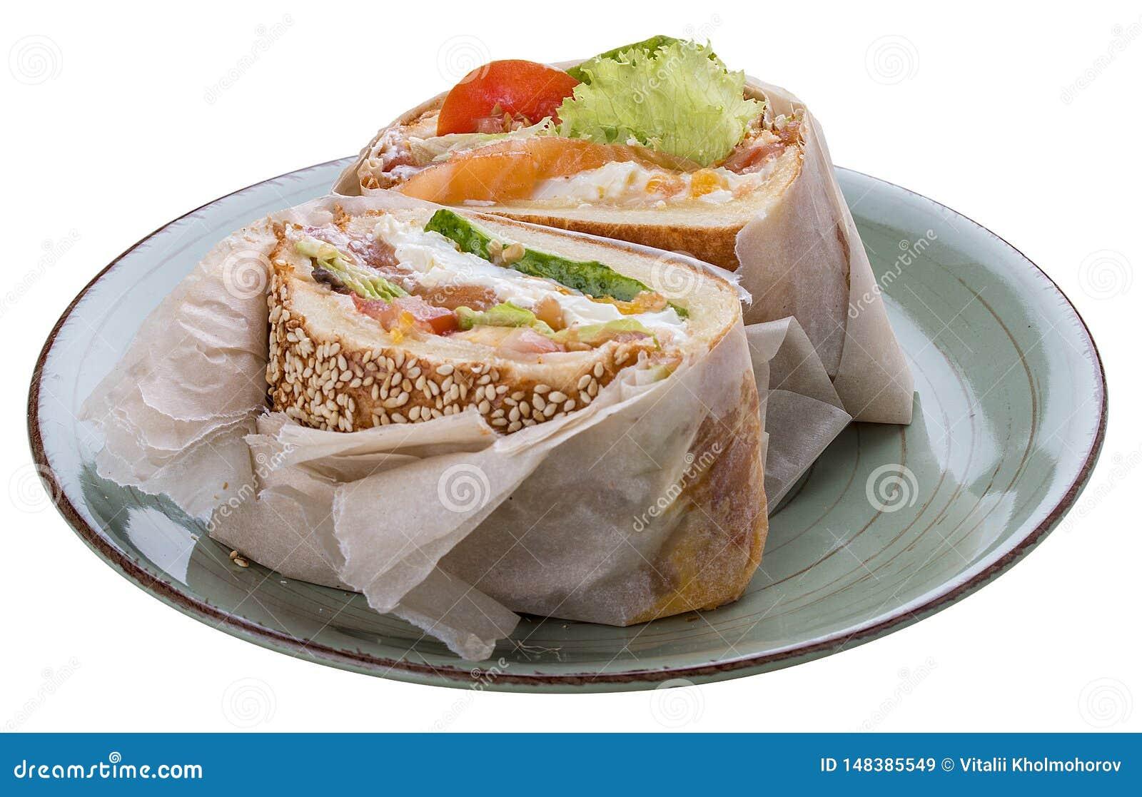 早餐与三文鱼和沙拉的鱼汉堡