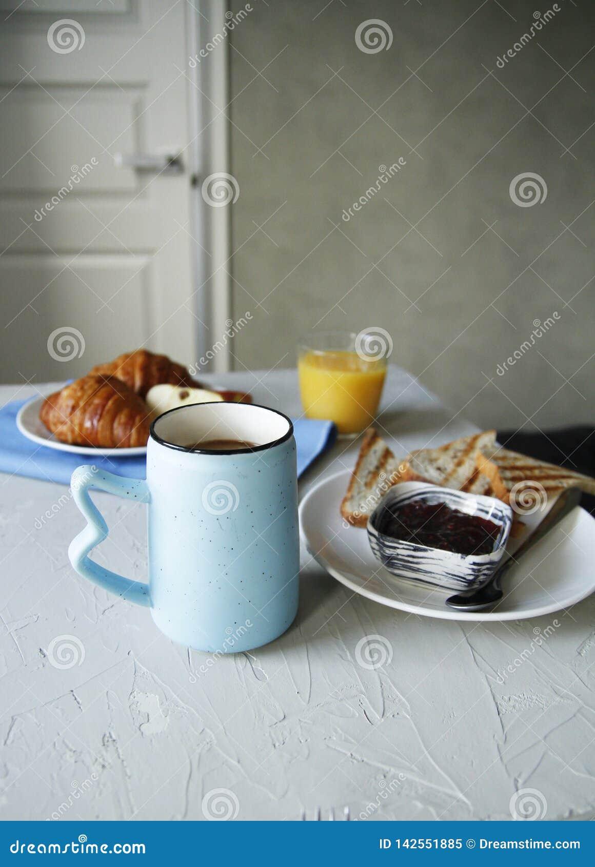 早餐侧视图 r 多士,新月形面包