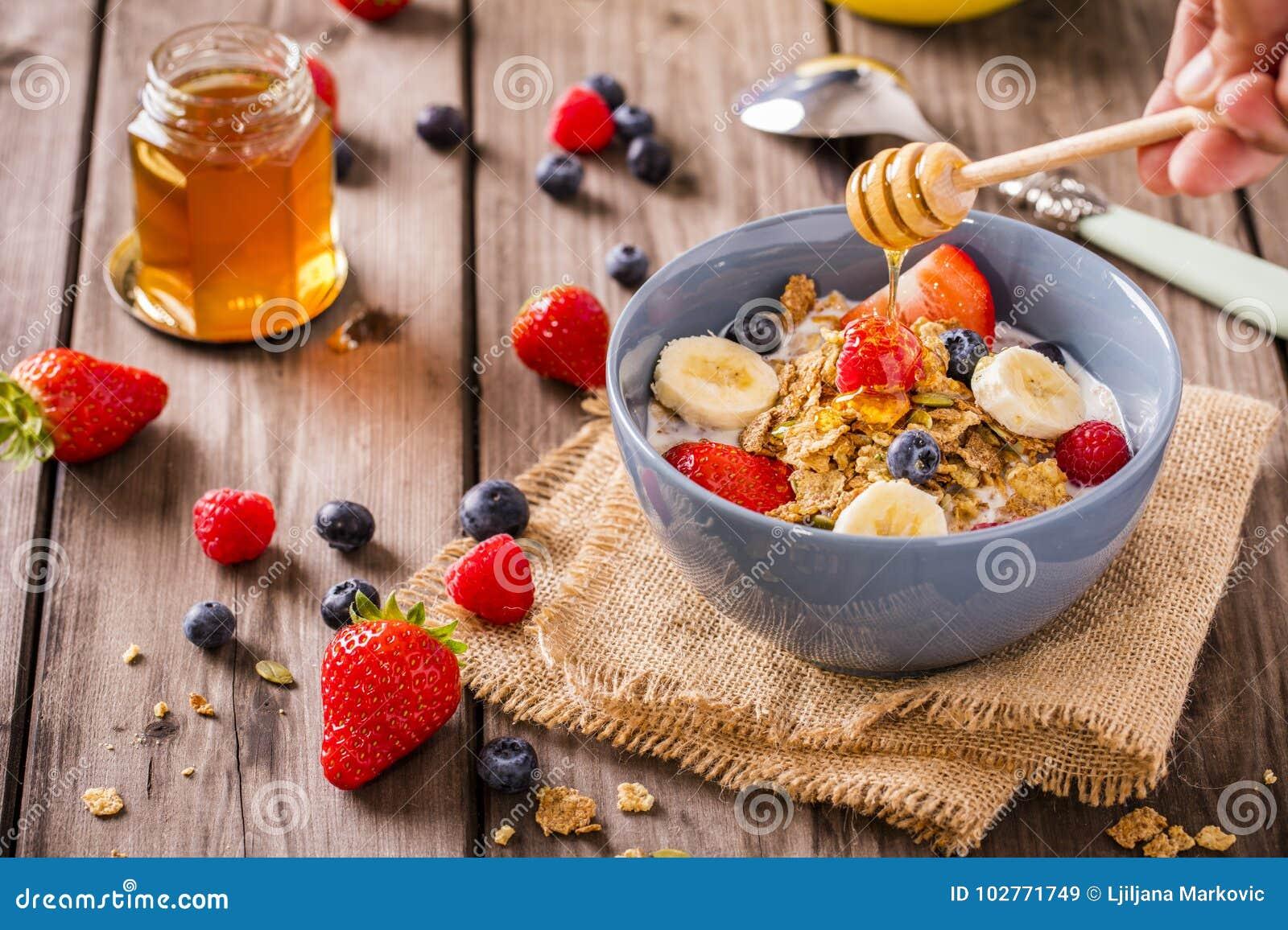 早餐谷物土气用手打旋的蜂蜜