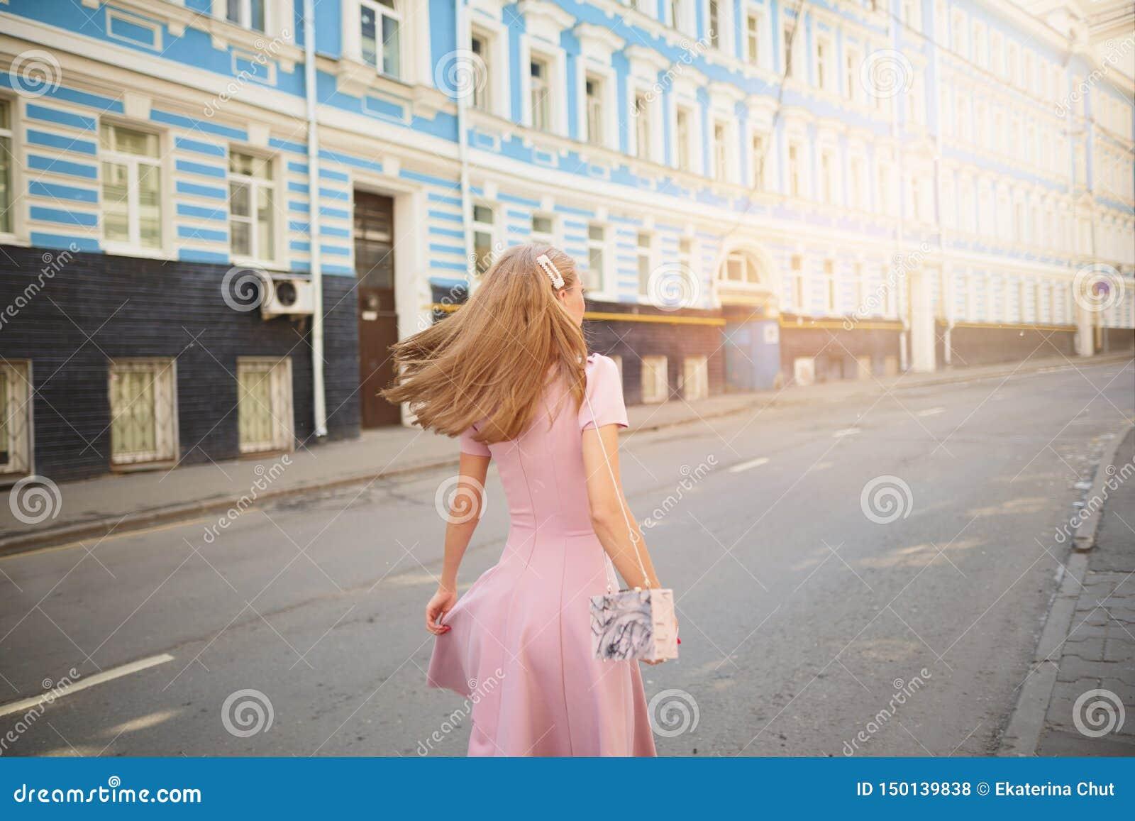 时兴地打扮了在小镇的街道上的妇女,购物的概念