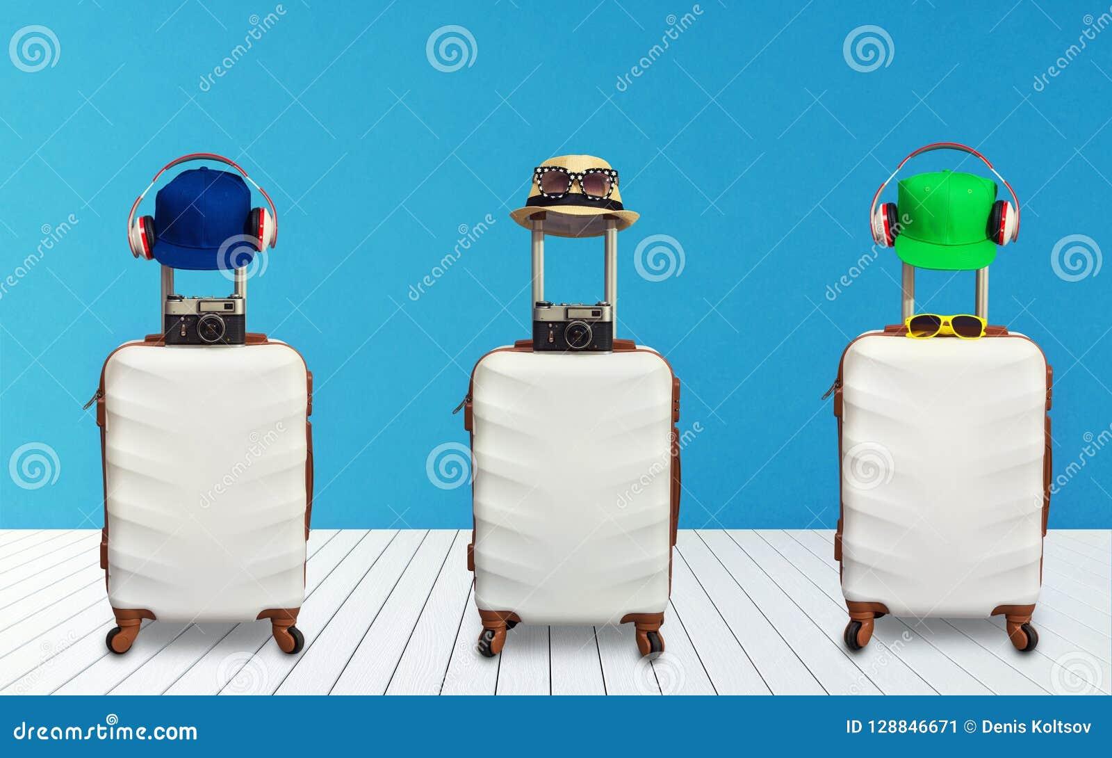 时刻放松,有站立在地板上屋子的帽子的旅行的手提箱 汽车城市概念都伯林映射小的旅行 拼贴画