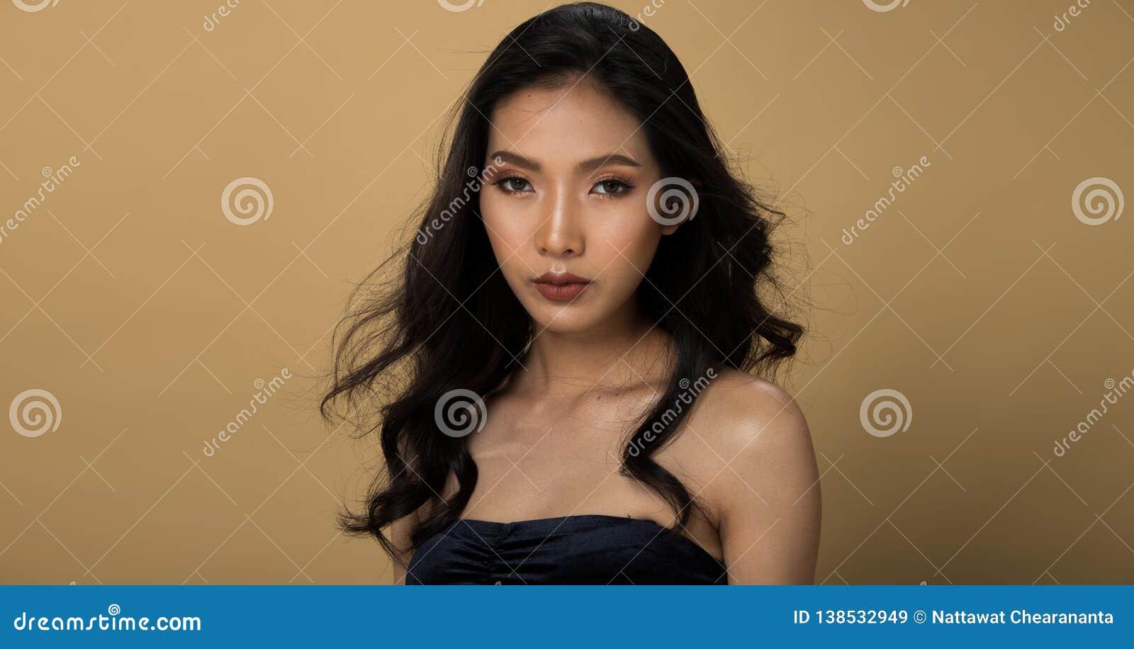 时尚亚洲妇女Tan皮肤黑色头发眼睛