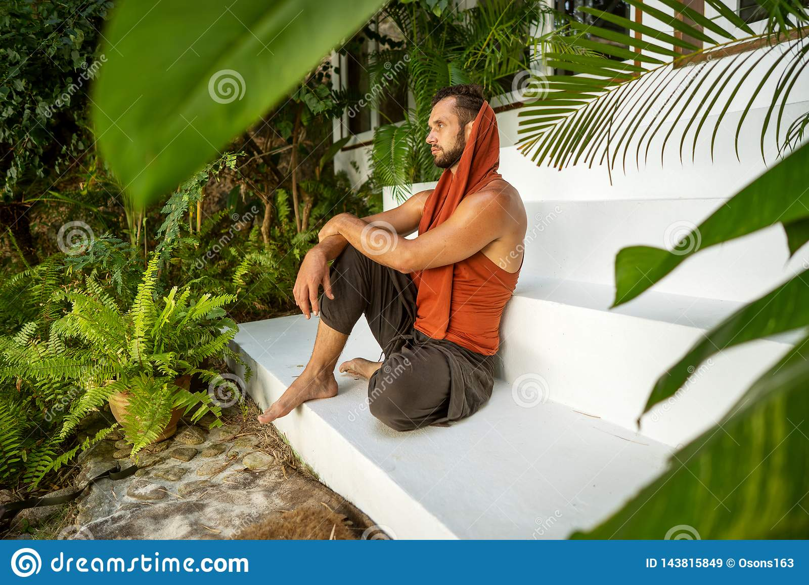 时尚人在热带棕榈树坐