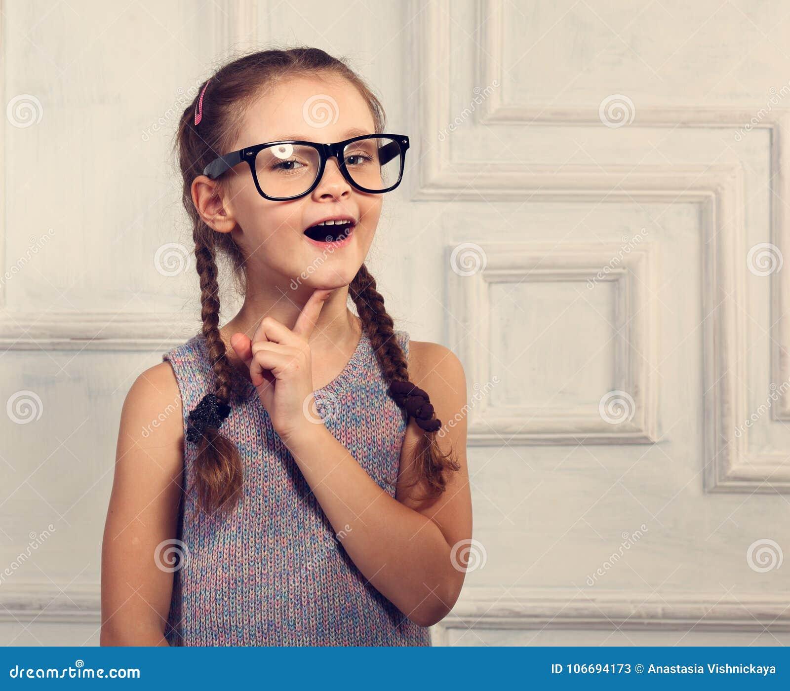 时尚玻璃的愉快的想法的孩子女孩与激动的emotiona