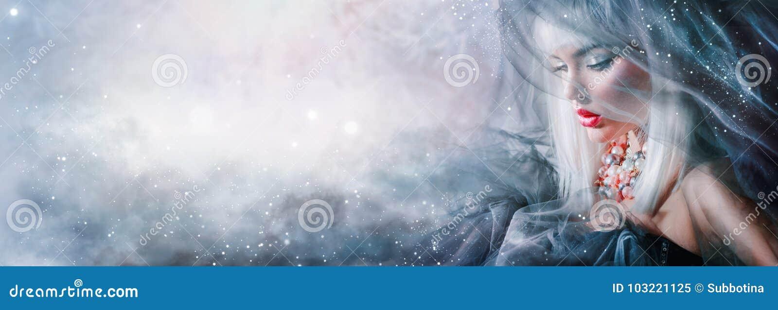 时装模特儿女孩画象 有白发和冬天构成的秀丽妇女