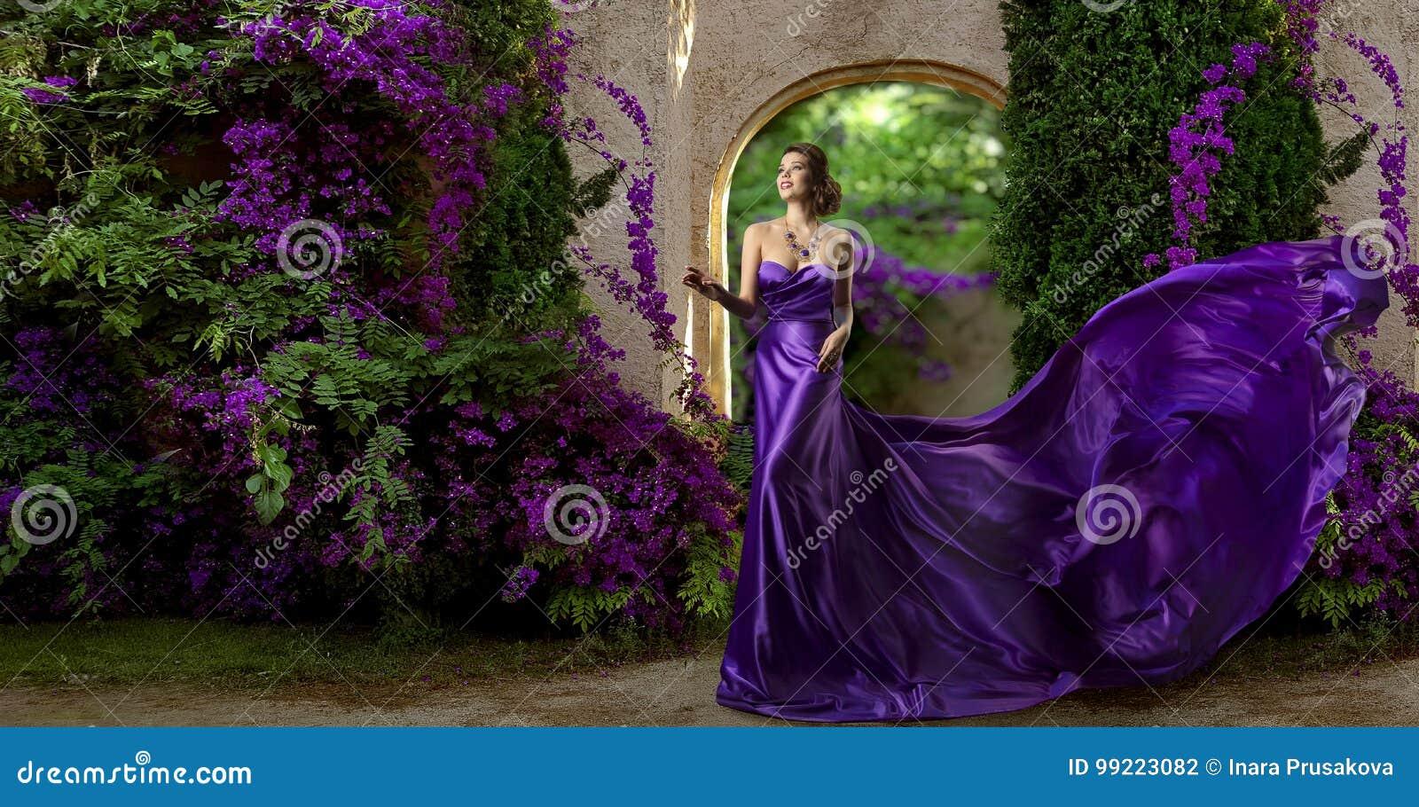 时装模特儿紫色礼服,妇女长的丝绸褂子,紫罗兰色庭院