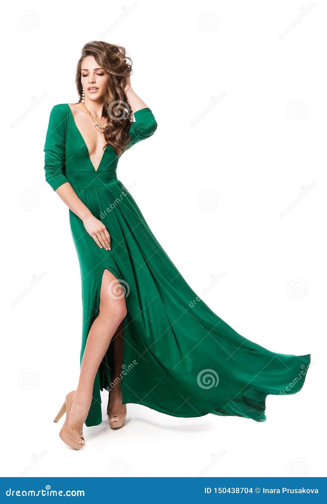 时装模特儿绿色礼服,在白色,长的振翼的褂子的妇女秀丽发型全长画象